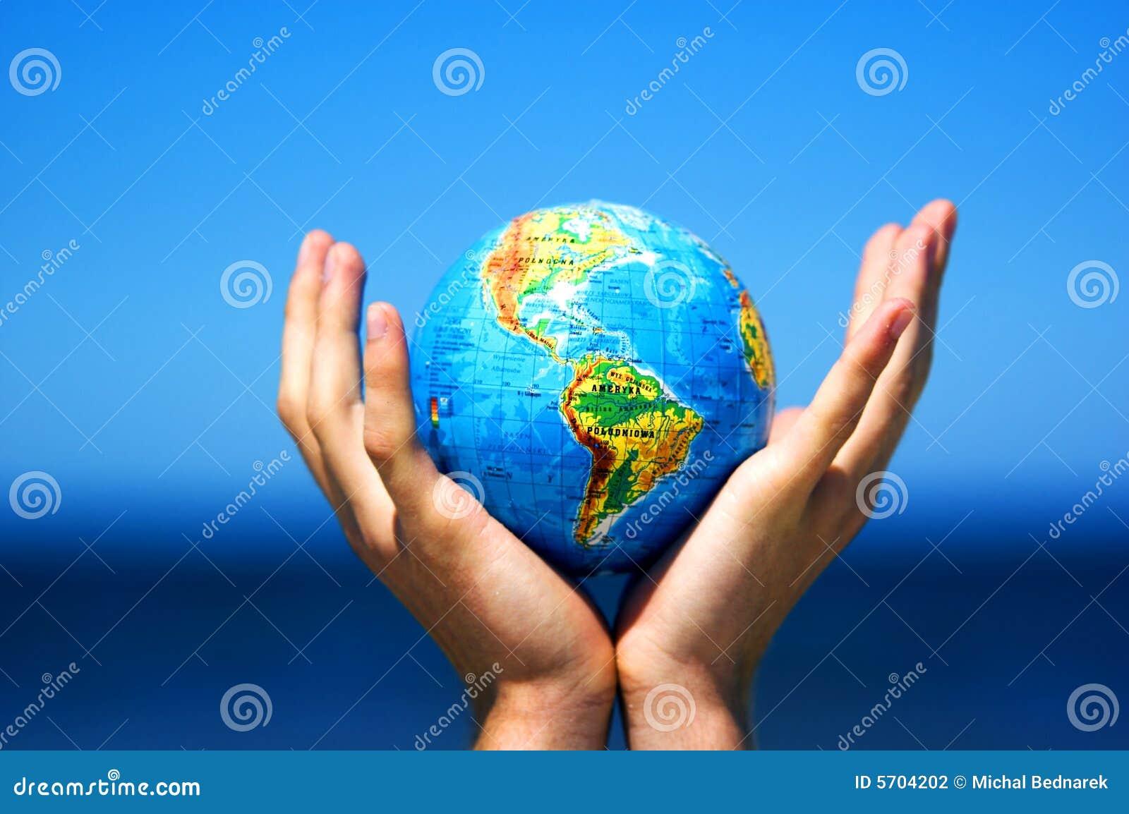Globo de la tierra en manos. Imagen conceptual