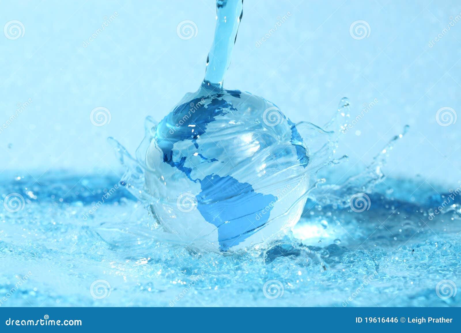 Globo de vidro na água