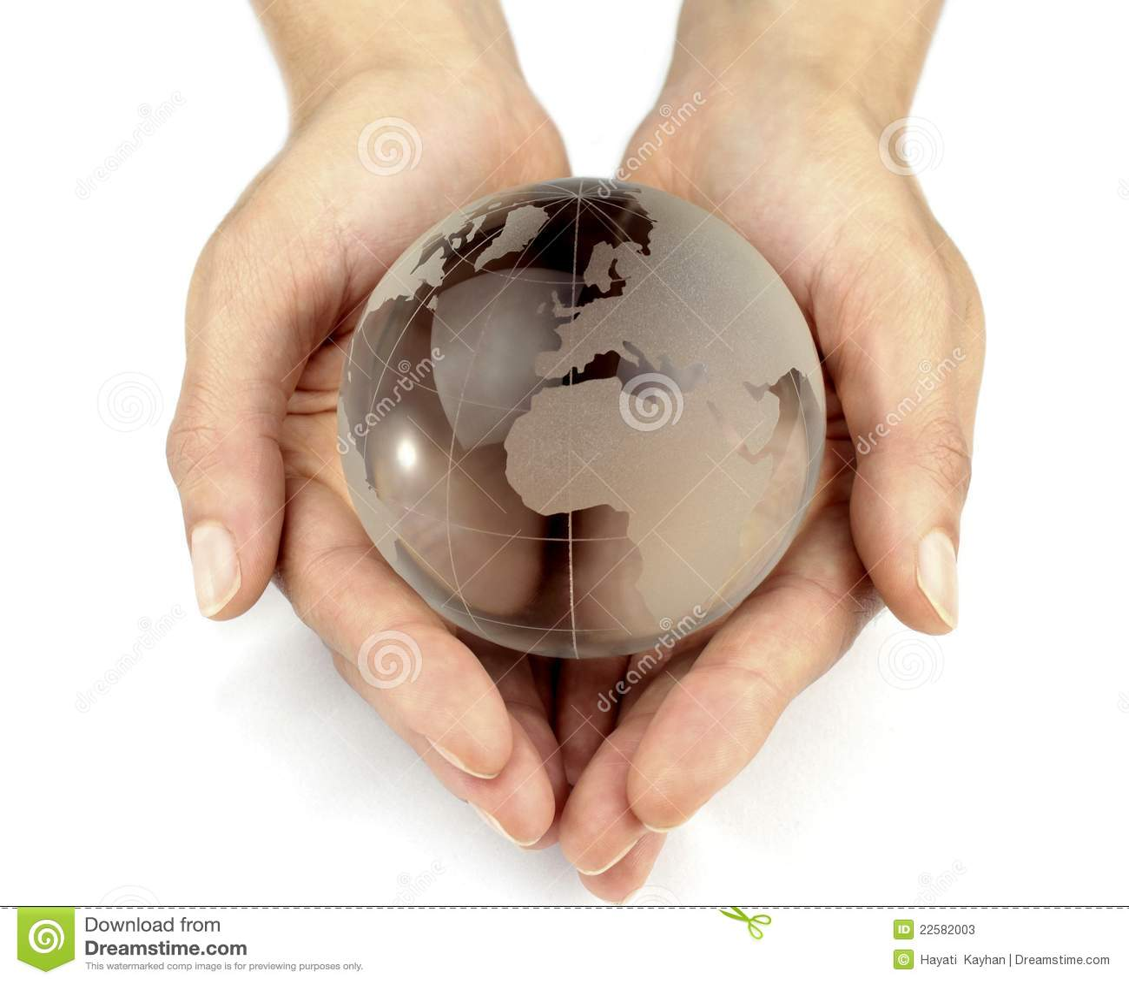 Globo de vidro nas mãos