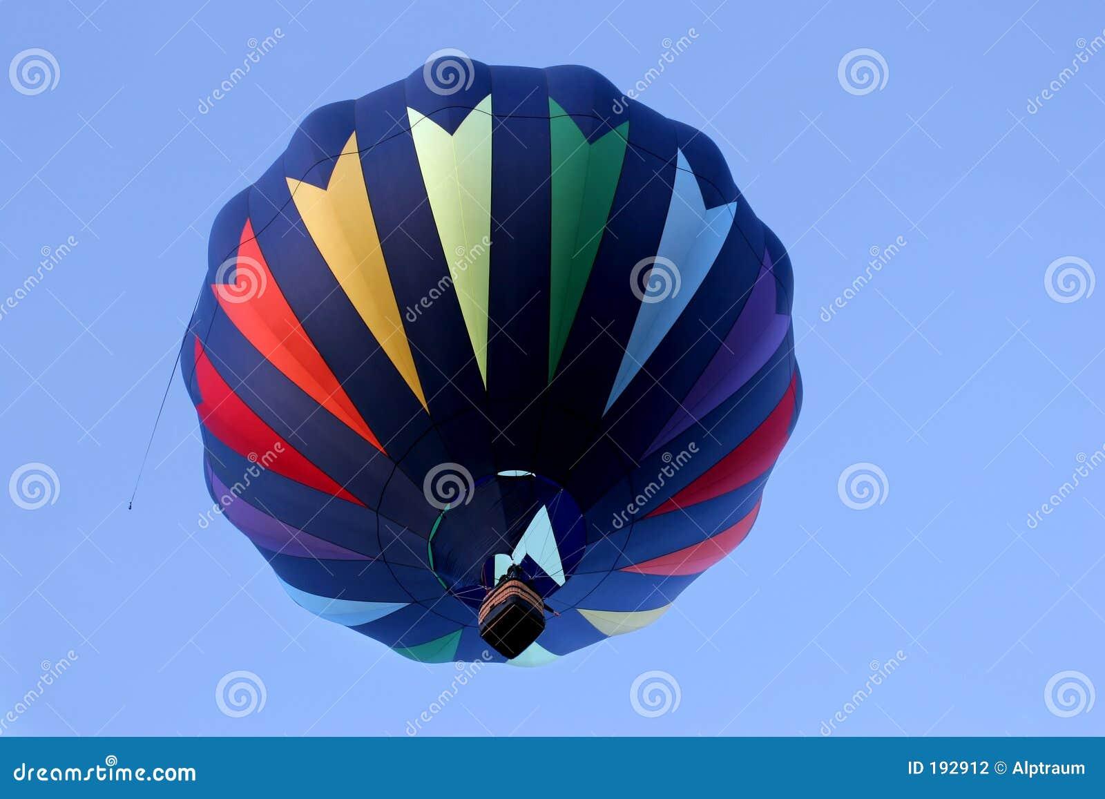 Globo del aire caliente en colores del arco iris