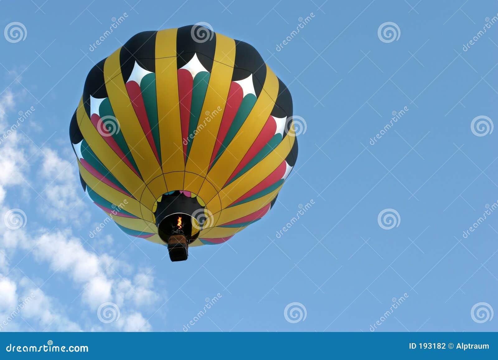 Globo del aire caliente en vuelo