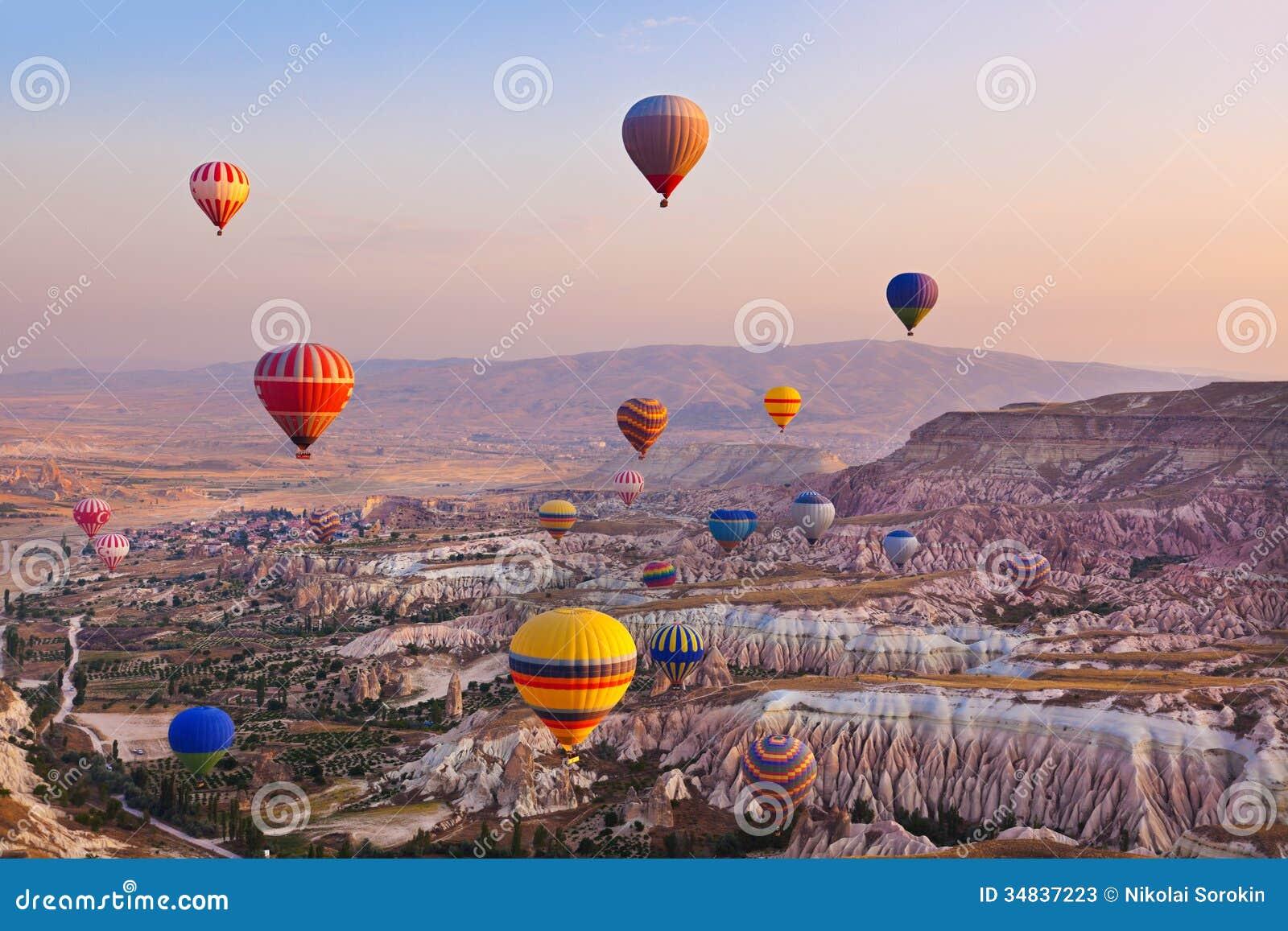 Globo del aire caliente que vuela sobre Cappadocia Turquía