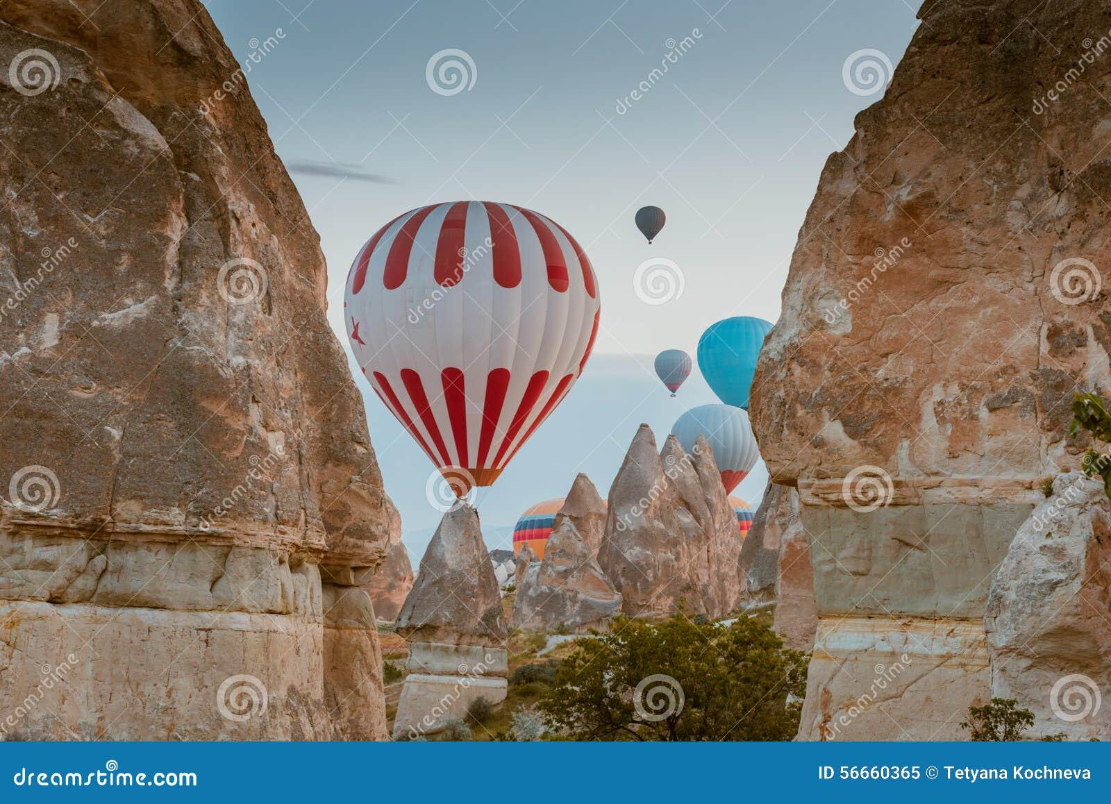 Globo del aire caliente que vuela sobre Cappadocia, Turquía