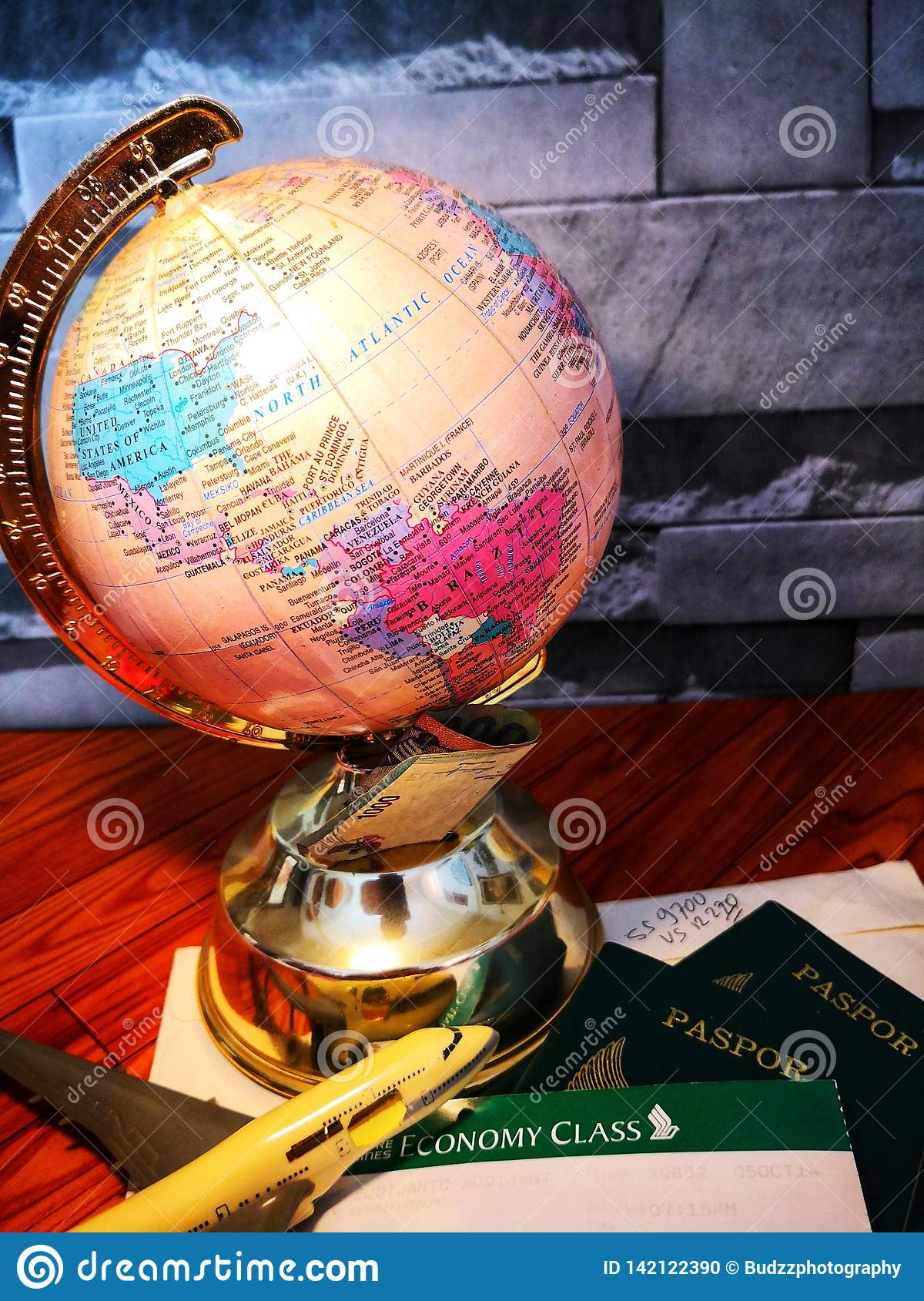 Globo del mundo con el perno colorido Copie el espacio Ideas y uso del concepto