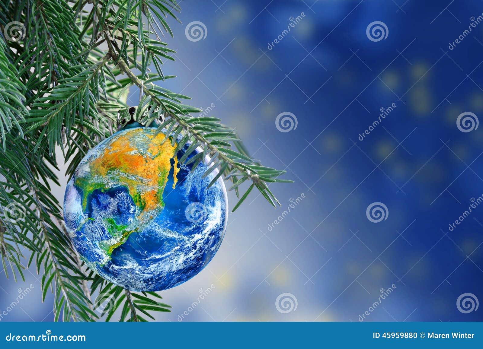 Globo della terra come una bagattella di Natale sul ramo dell abete, spazio della copia