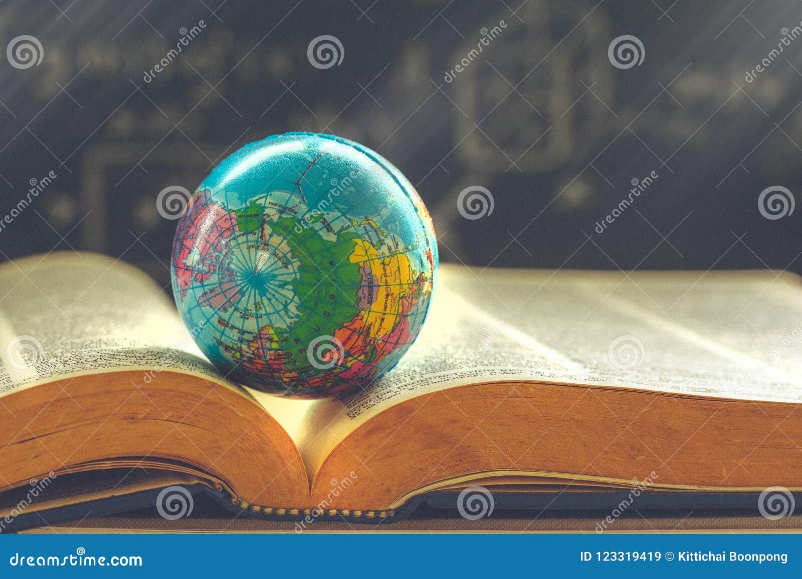 Globo do mundo no livro Conceito da escola da educação