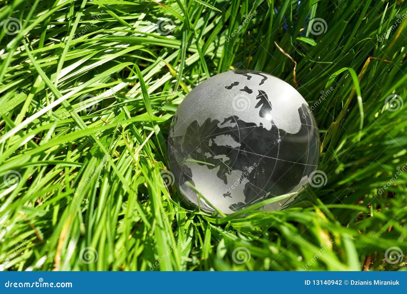 Globo em uma grama