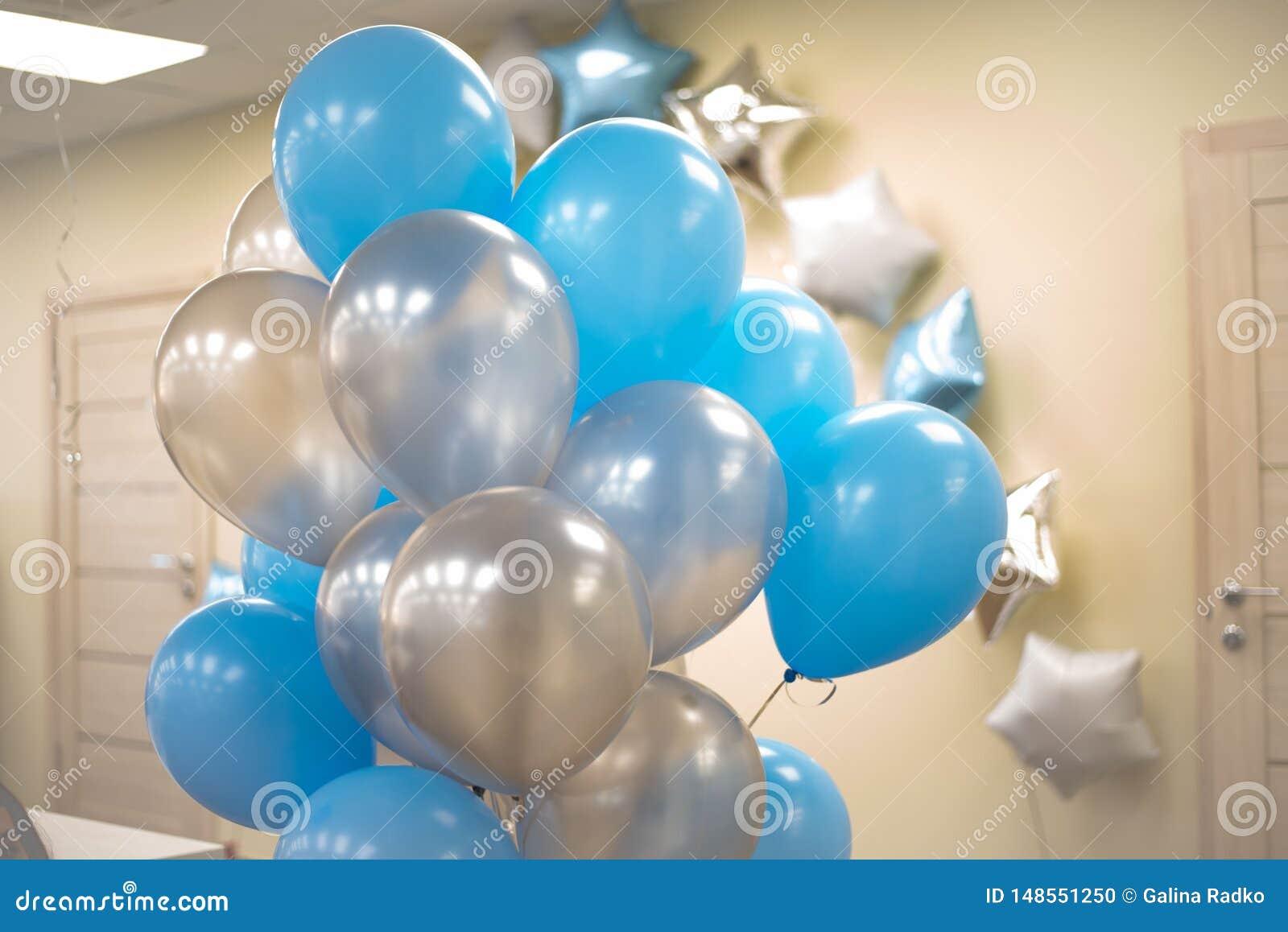 Globos azules y blancos en la oficina Concepto de Celebraty Backgound