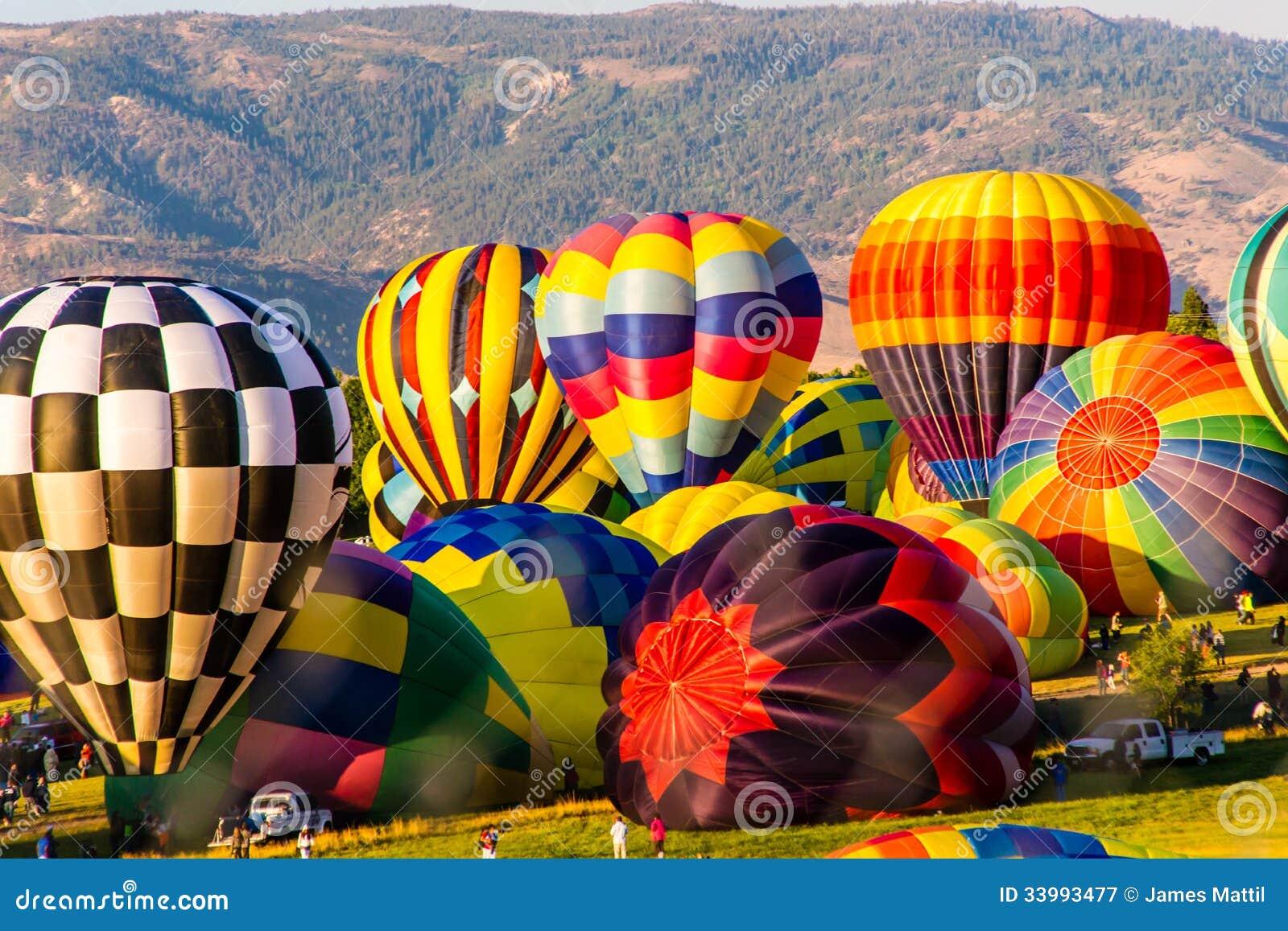 Globos coloridos del aire caliente que inflan