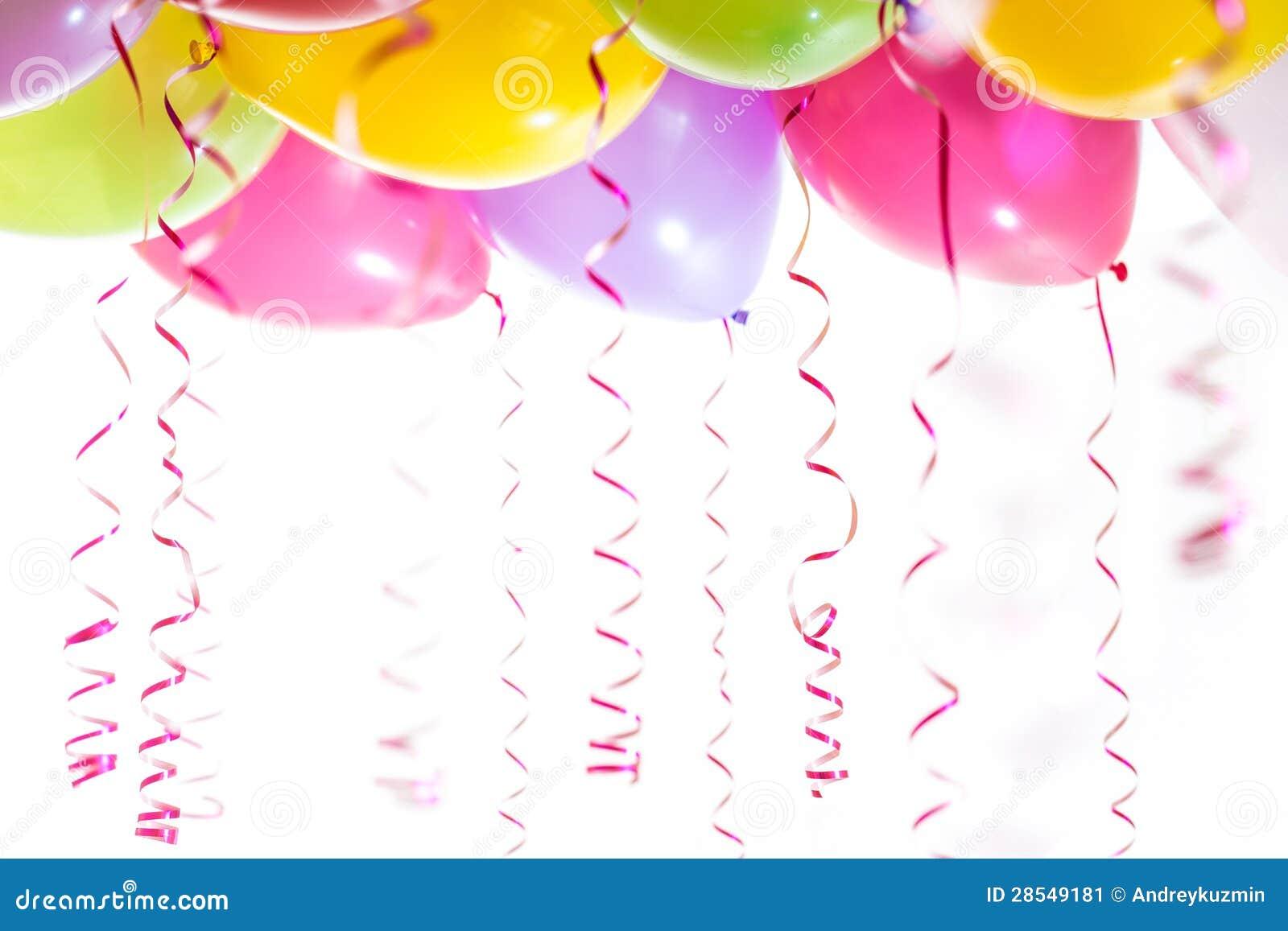 Globos con los bobinadores de cintas en modo continuo para la celebración de la fiesta de cumpleaños