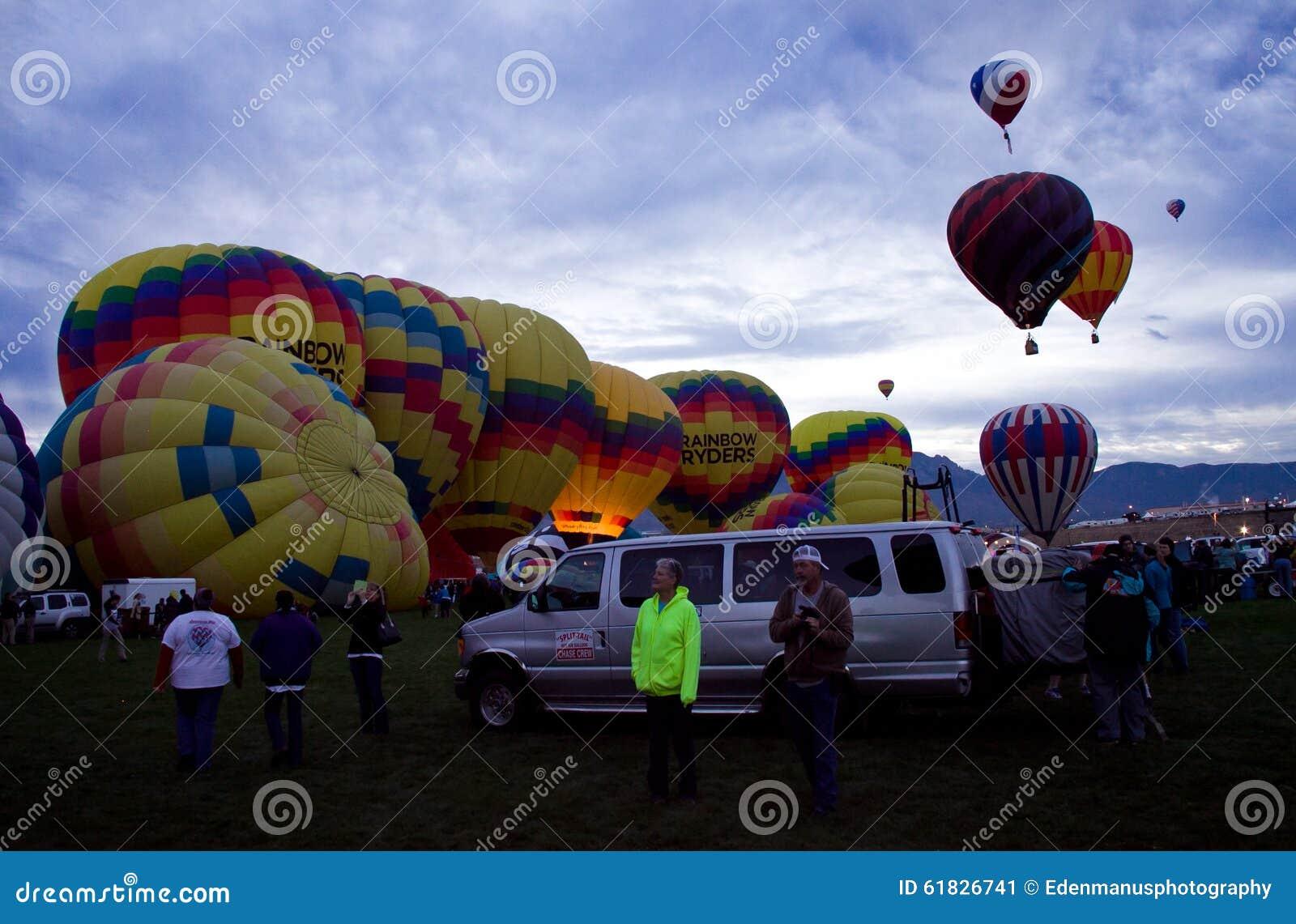 Globos del aire caliente de Ryders del arco iris en la fiesta de Dawn At The Albuquerque Balloon