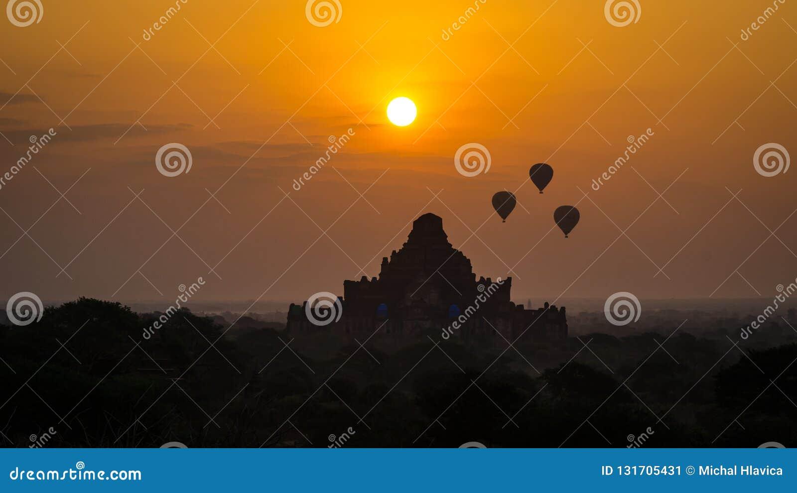 Globos del aire caliente en el vuelo de Bagan sobre pagoda antigua en Myanmar