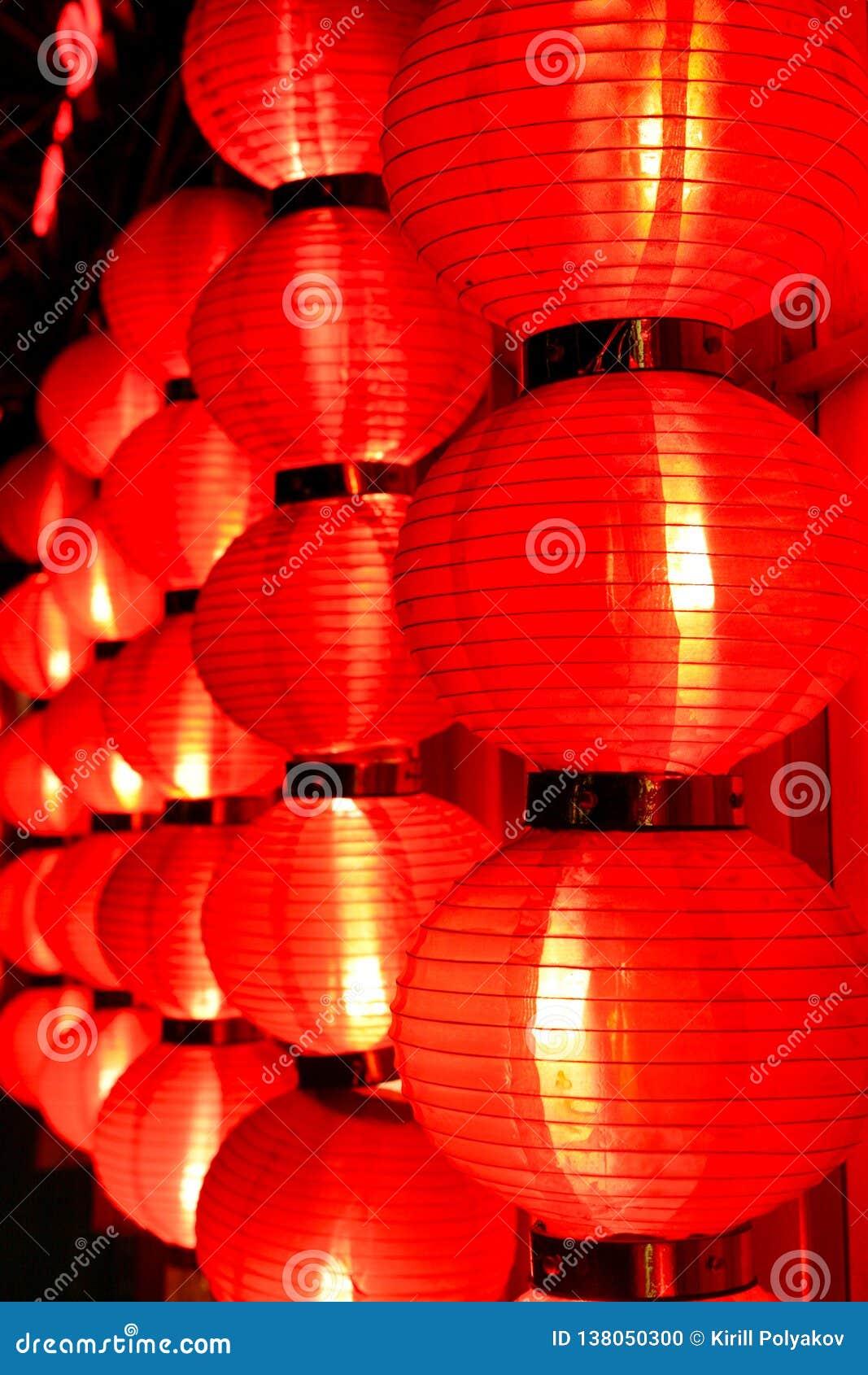 Gloed van rode Chinese lantaarns bij nacht Peking, China