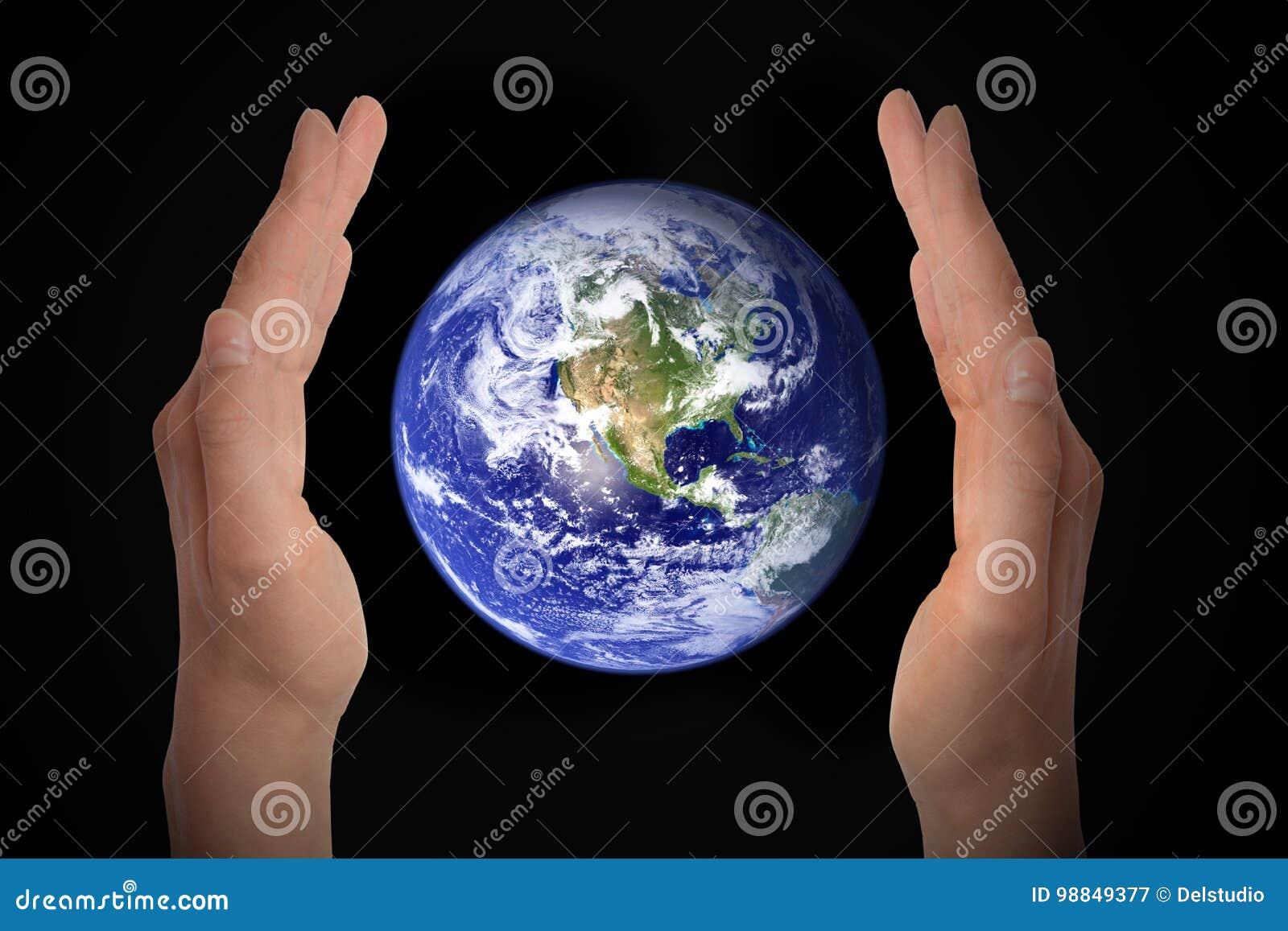 Gloeiende aardebol in handen op zwarte, milieuconcept - elementen van dit die beeld door NASA wordt geleverd