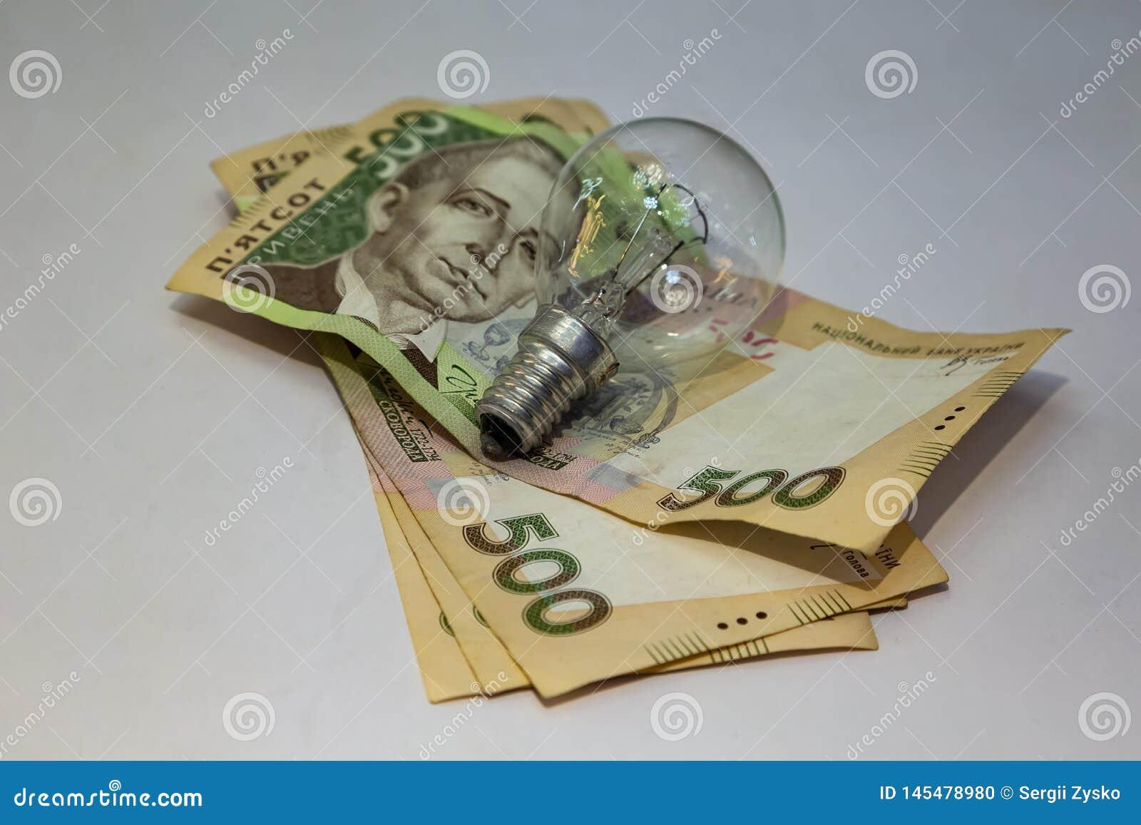 Gloeilamp en geld op witte achtergrond Energie - besparing