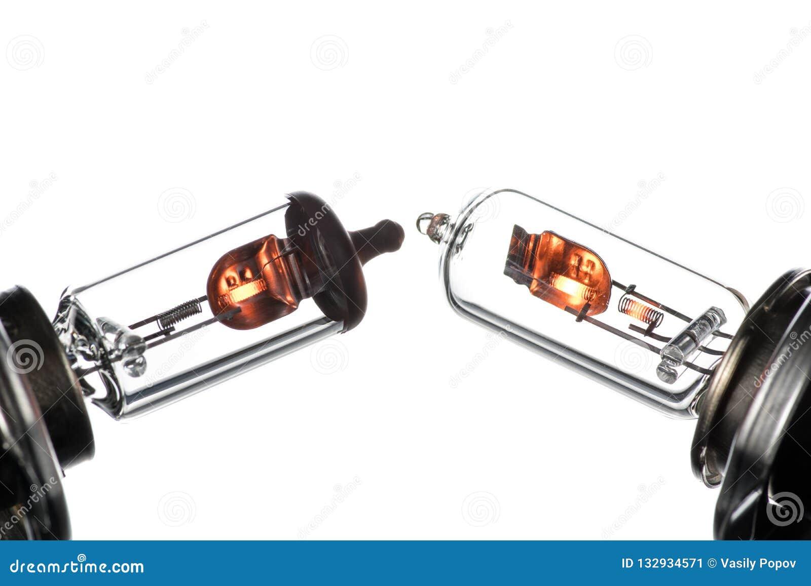 Gloeilamp voor ondergedompelde en hoofdstraalkoplampen met het branden van spiraal op een witte achtergrond