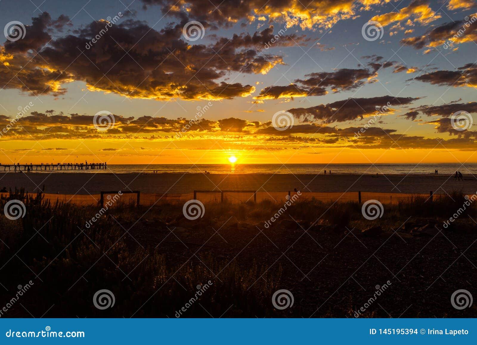 Glorierijk zonsondergangzeegezicht bij Glenelg-strand, Adelaide, Australië