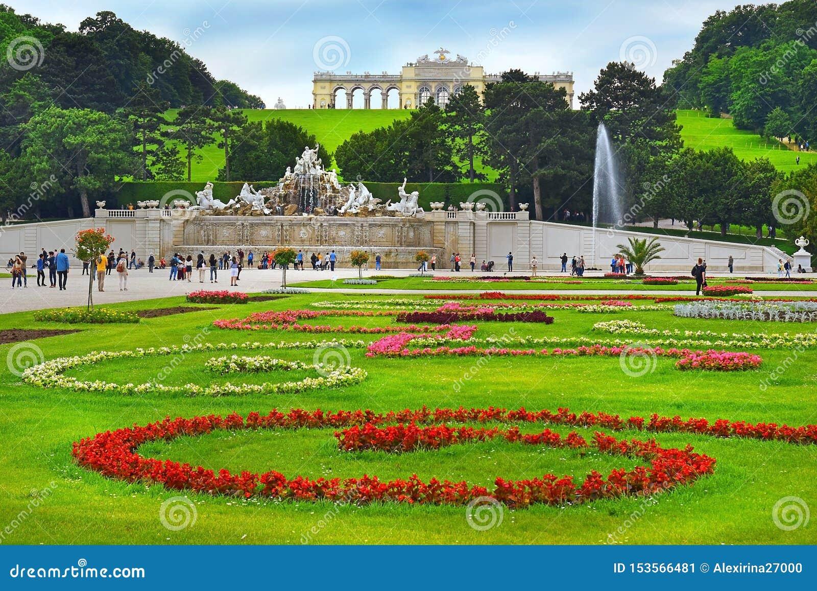 Glorieta i Neptune fontanna w Schonbrunn parku, Wiedeń