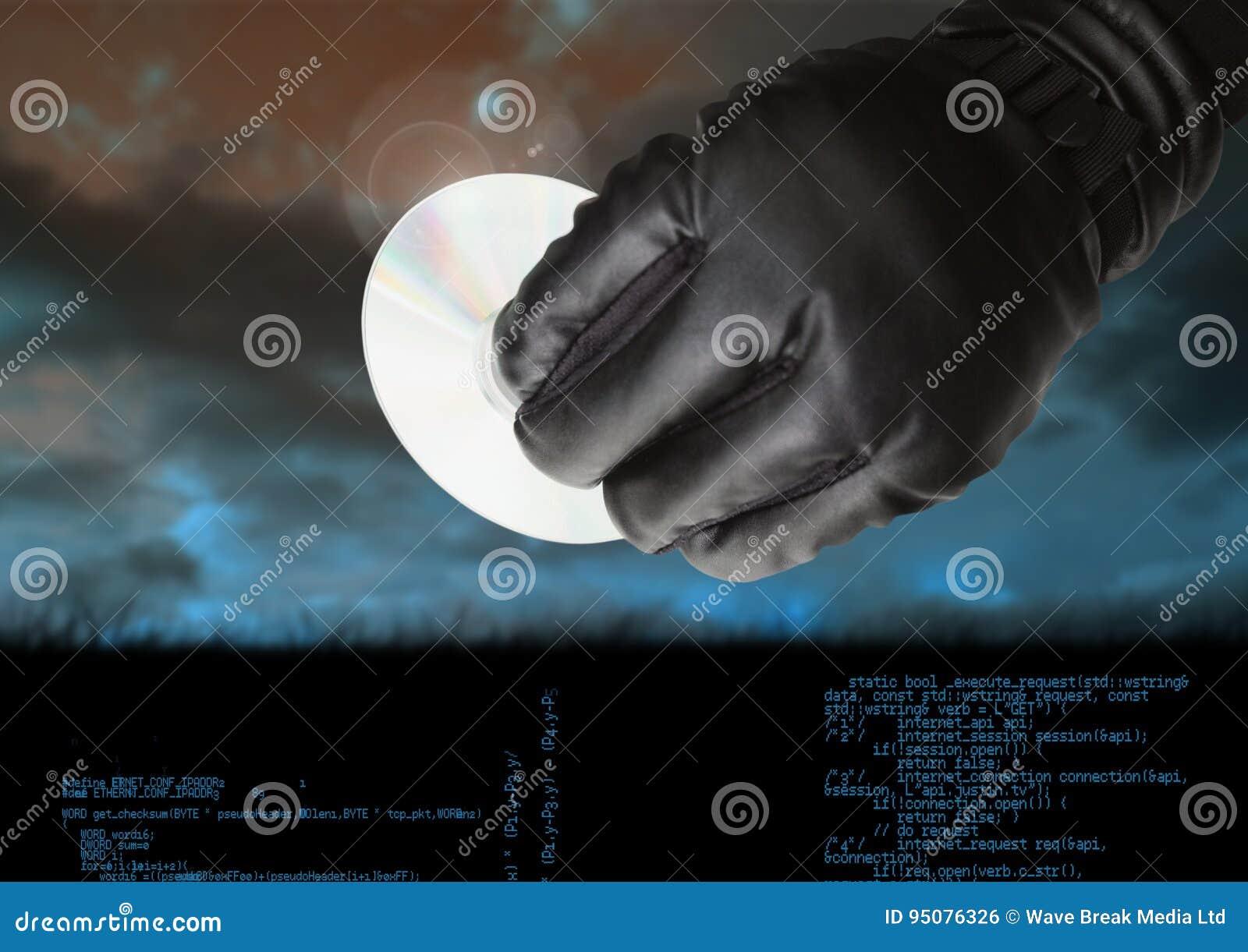 Gloved рука держа КОМПАКТНЫЙ ДИСК перед пасмурной предпосылкой