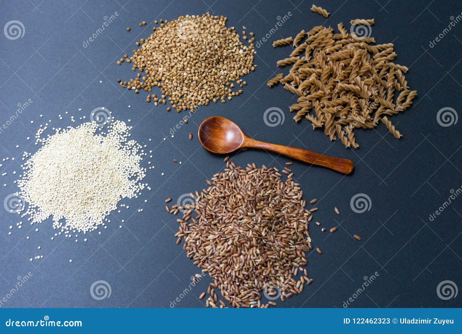 Gluten-vrije producten: gespeld boekweit, quinoa, einkorn polba, eincorn, emmer tarwedeegwaren en de bloemnoedels van het sobaboe