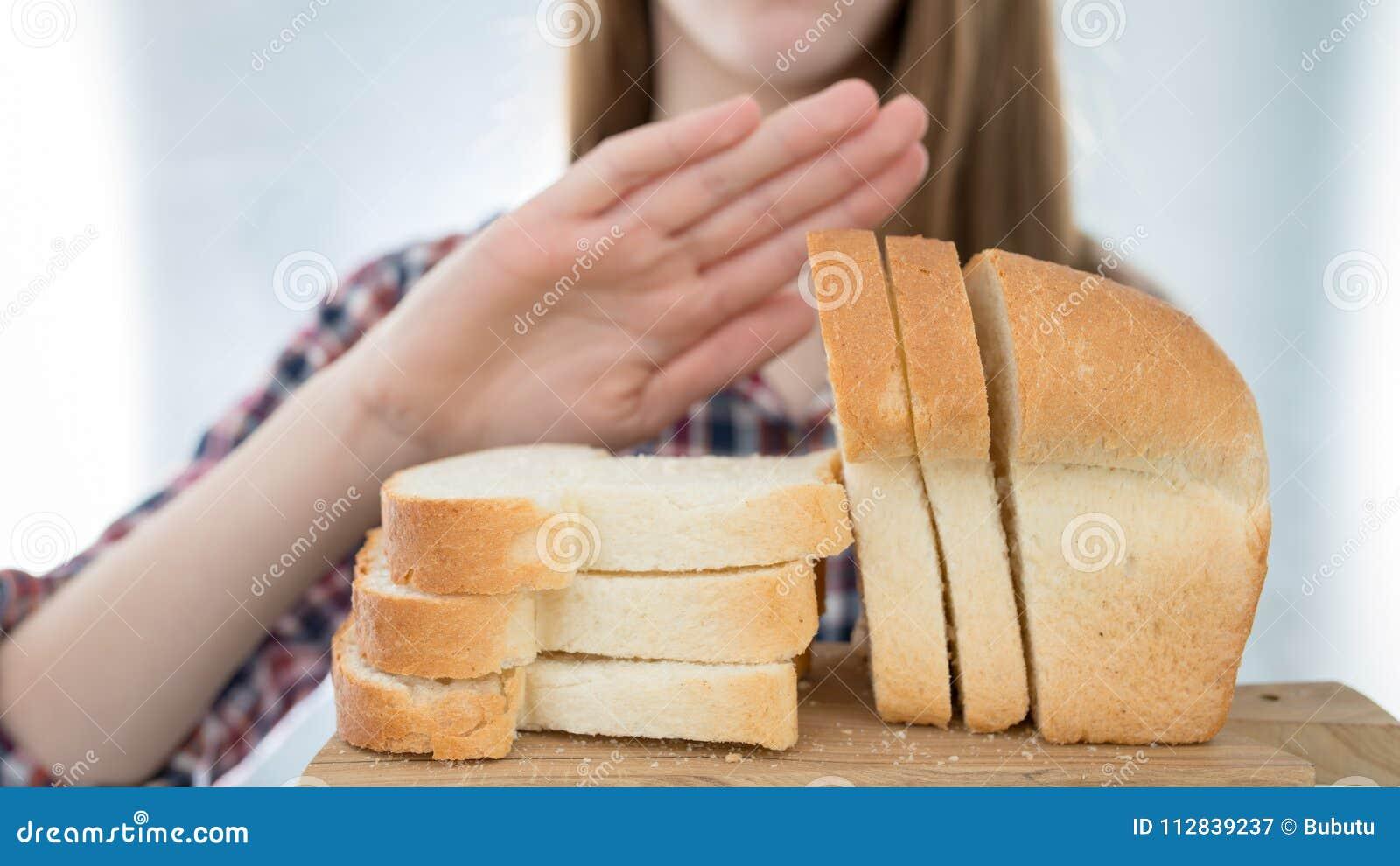 Glutenintolerans begrepp Unga flickan vägrar att äta den vita breaen