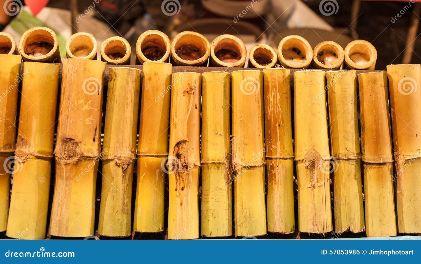 Glutineuze rijst die in bamboeverbindingen wordt geroosterd