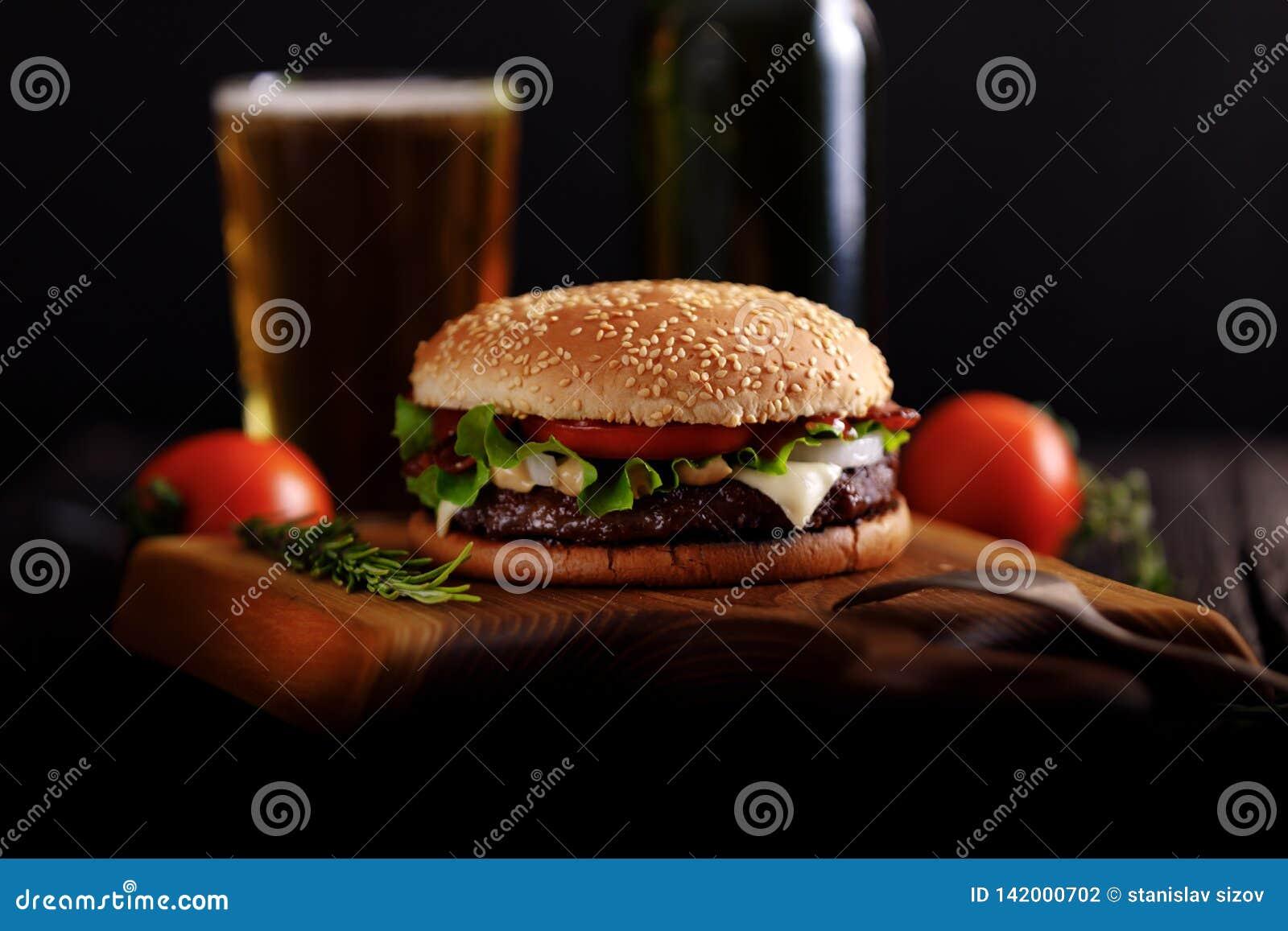 Gnälla hamburgaren som är klar att äta med öl