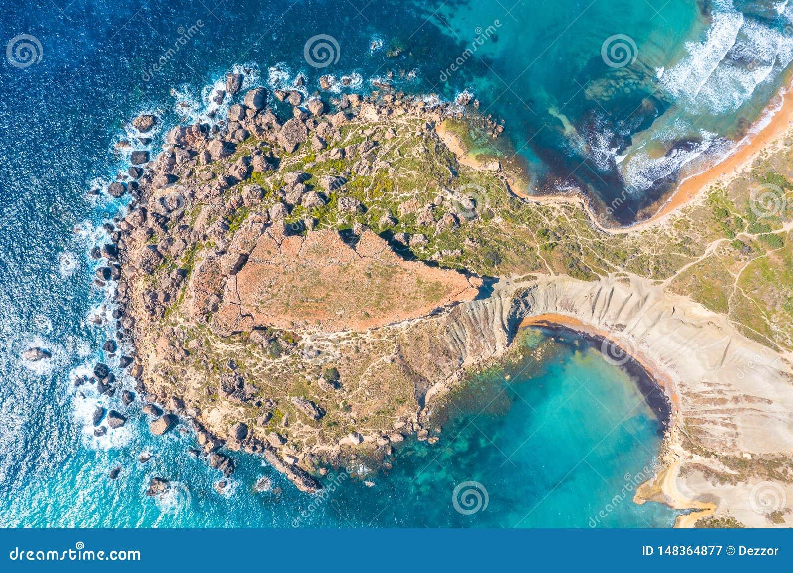 Gnejna och Ghajn Tuffieha fj?rd p? den Malta ?n Sikt för flyg- sikt uppifrån exakt av de coastlinescenic sliffsna nära