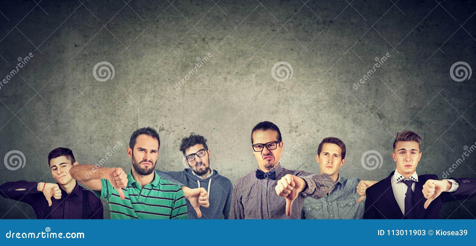 Gniewna grupa młodzi człowiecy pokazuje kciuki zestrzela gest