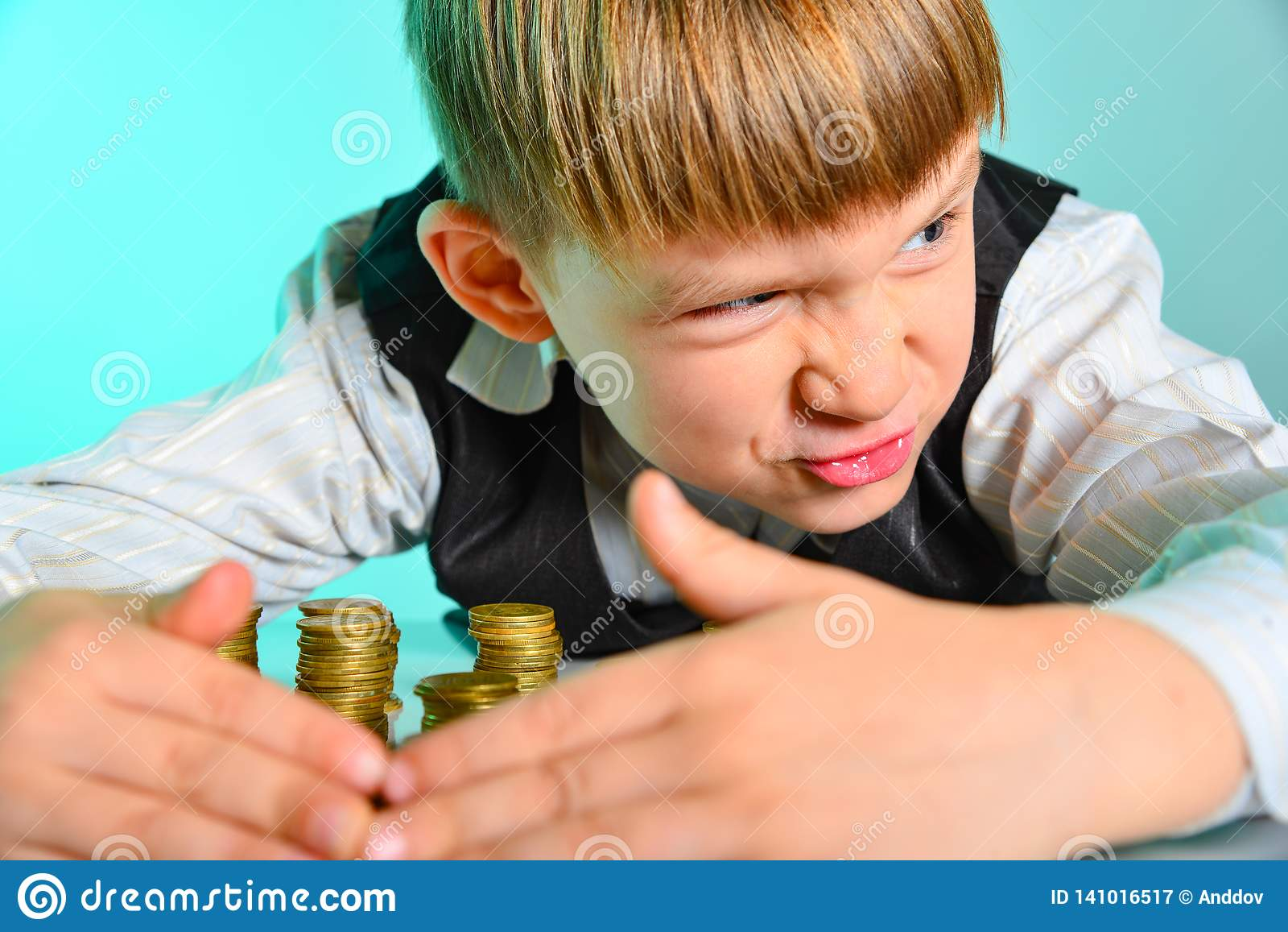 Gniewna i żądna chłopiec chuje jego gotówkowych oszczędzania Żądny i zawzięty pojęcie bogactwo psuł dziecka od dzieciństwa,