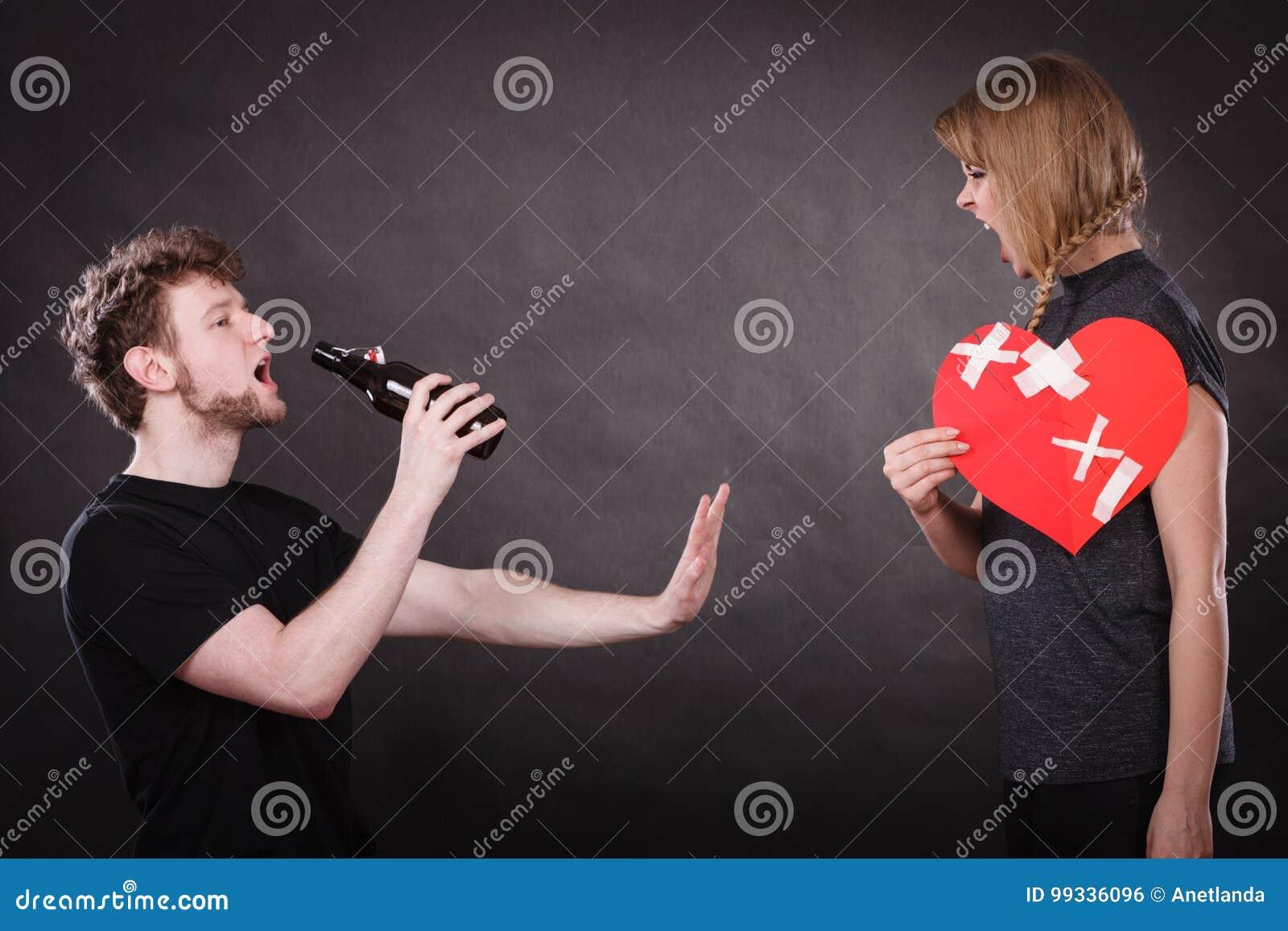 Gniewna kobieta i mężczyzna uzależniający się alkohol złamane serce