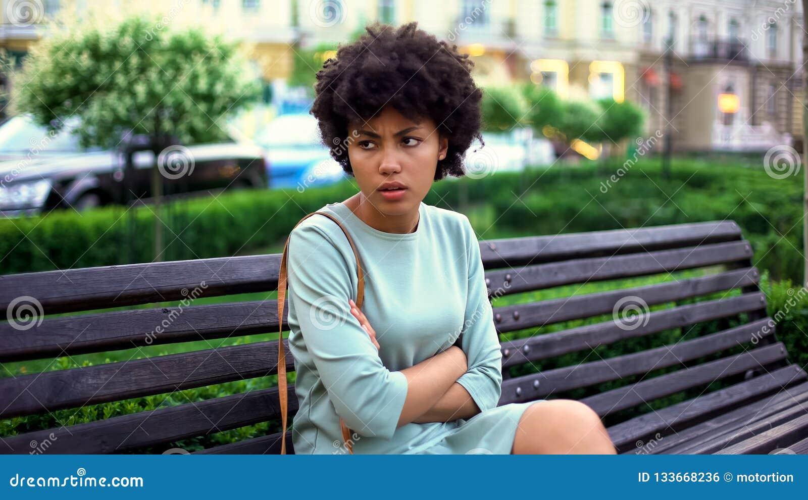 Gniewna młoda kobieta czekać na chłopaka na ławce, romantyczna data w mieście, miłość