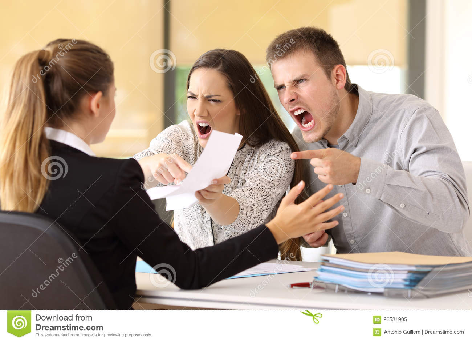 Gniewna para żąda przy biurem