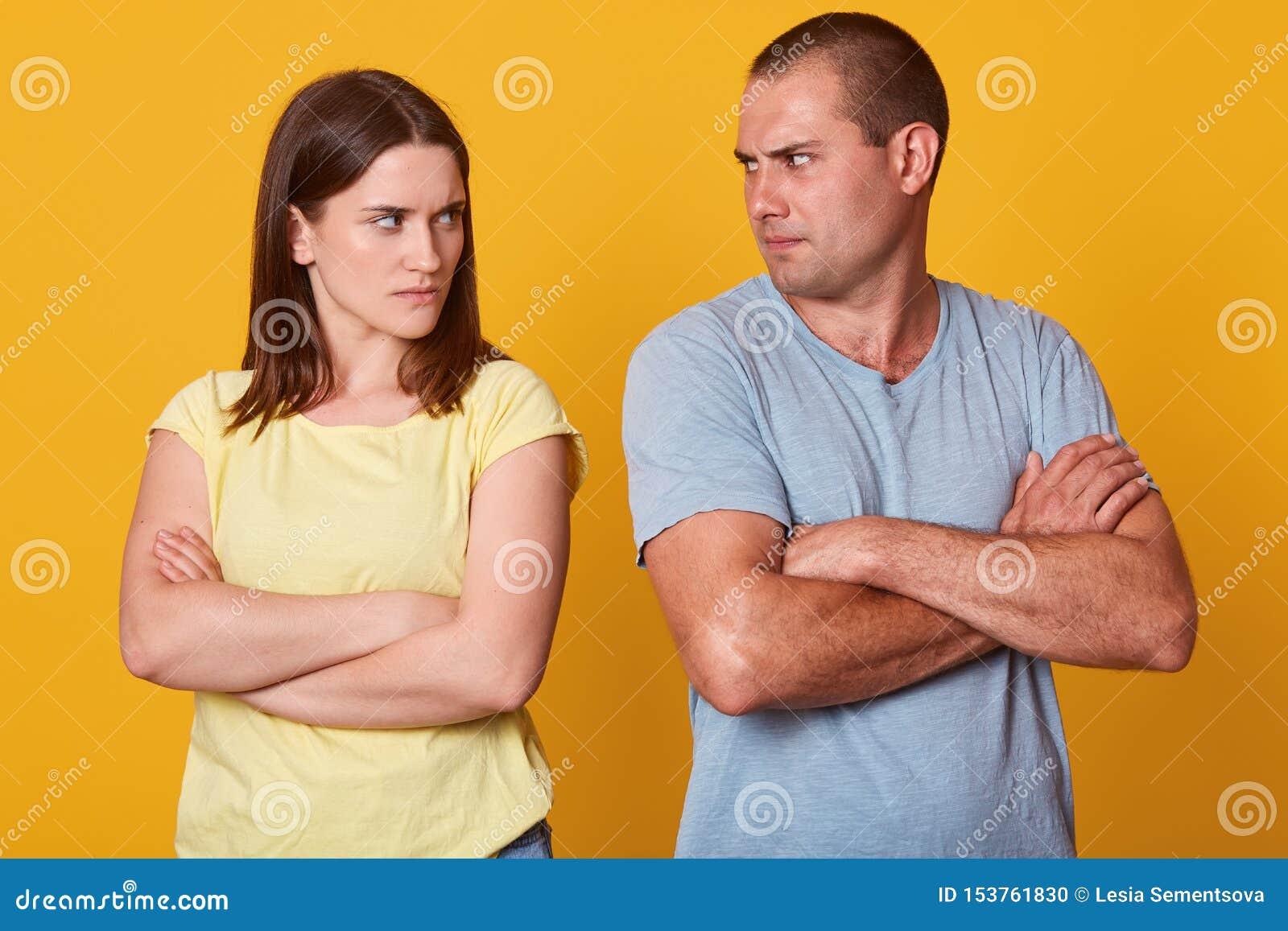Gniewna pary pozycja blisko each inny, patrzejący z złością, mieć bełt w ciszy, utrzymujący, mieć różnych widoki na życiu,