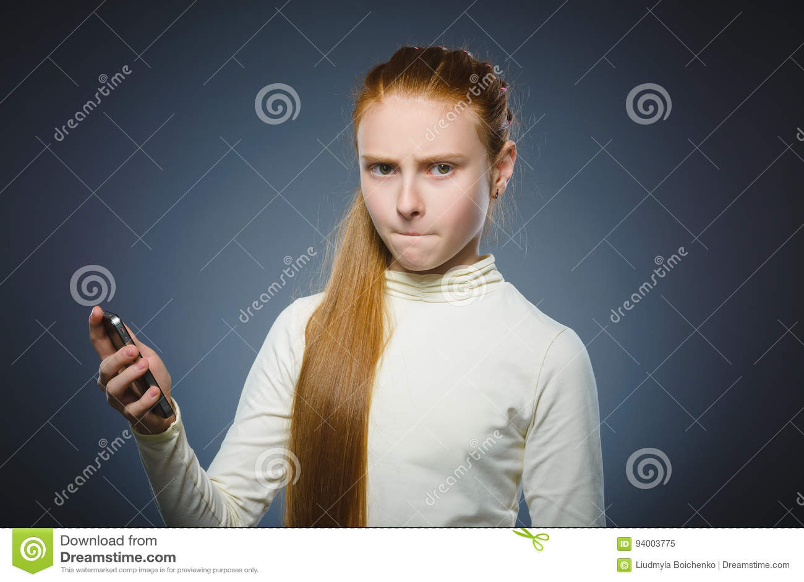 Gniewna rudzielec dziewczyna z telefonem komórkowym Odizolowywający na szarość