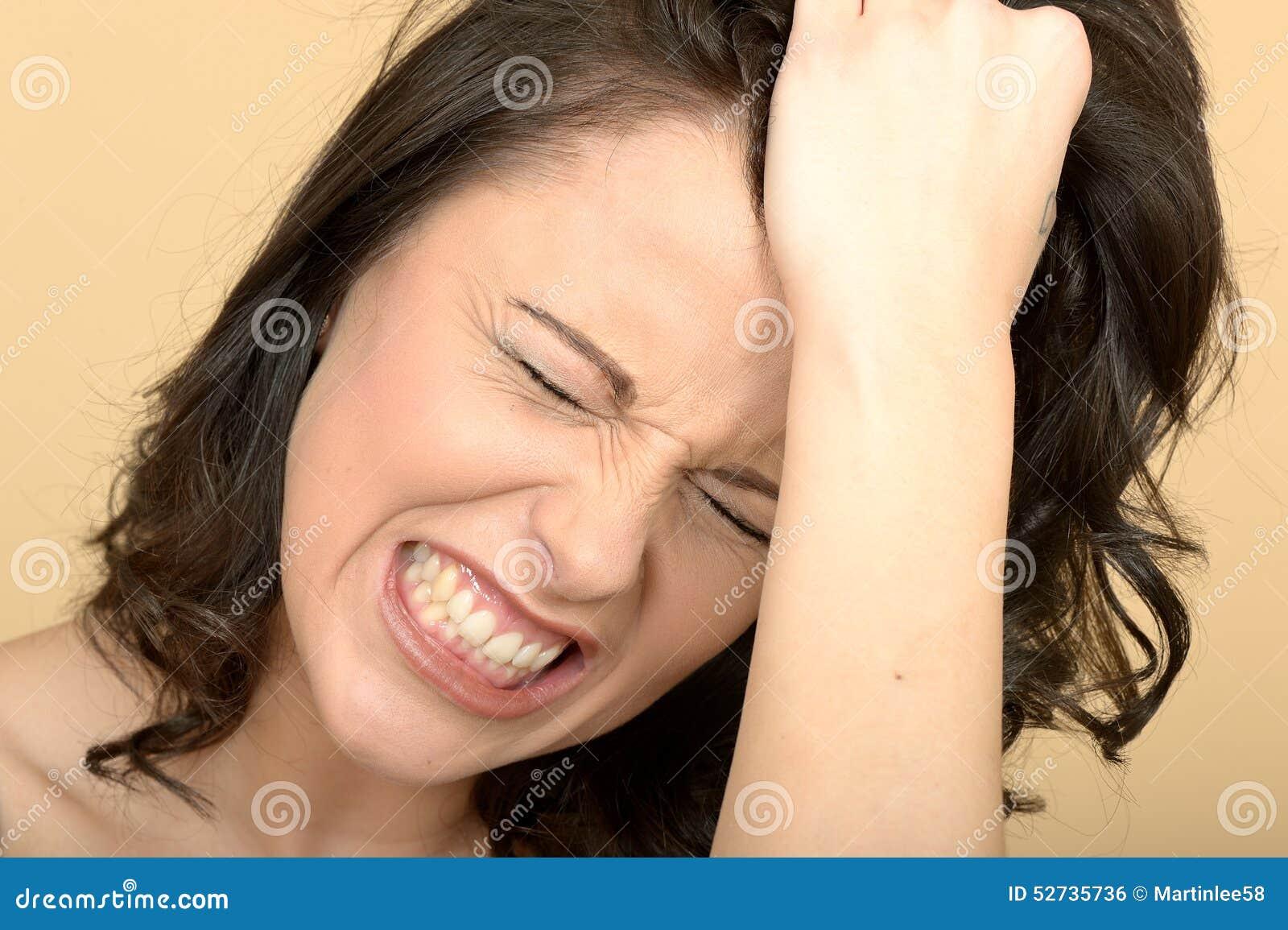 Gniewna Spięta Atrakcyjna młoda kobieta Patrzeje Stresujący się