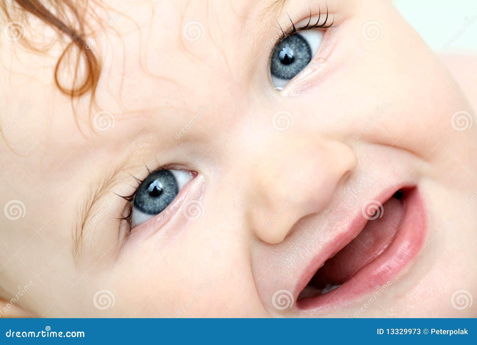 Gniewny dziecka skąpania błękit wyszczególniający przyglądał się twarzy zabranie
