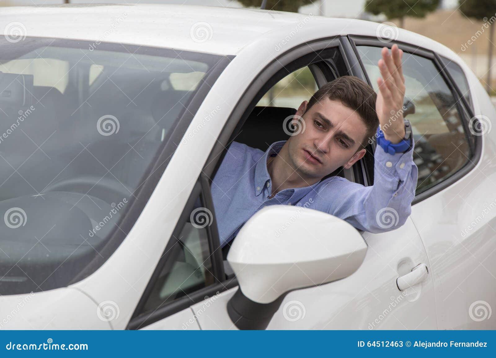 Gniewny kierowca wtykał przy ruchu drogowego dżemu dopatrywaniem na zewnątrz samochodu