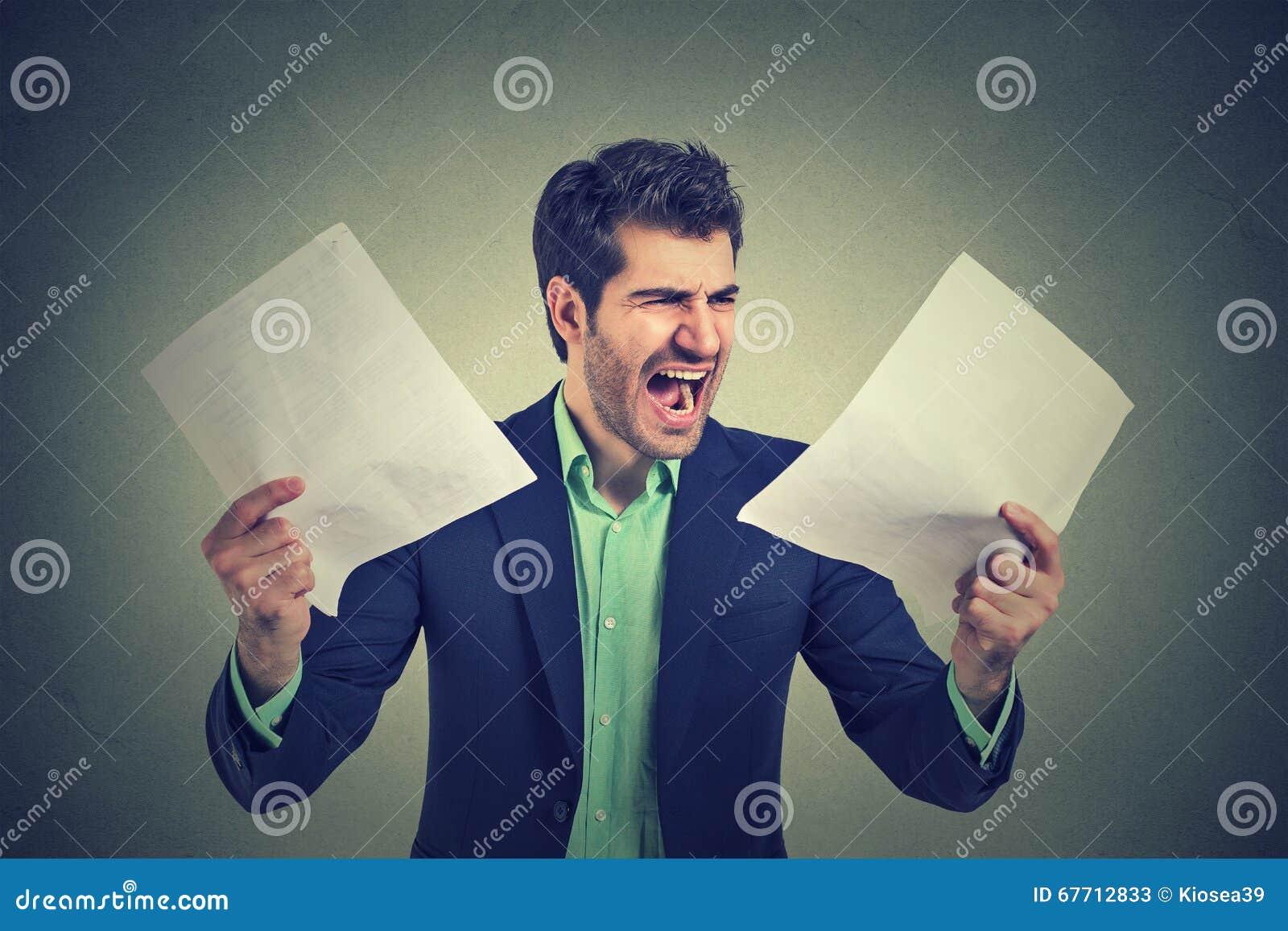 Gniewny krzyczący biznesowy mężczyzna z dokumentami tapetuje papierkową robotę