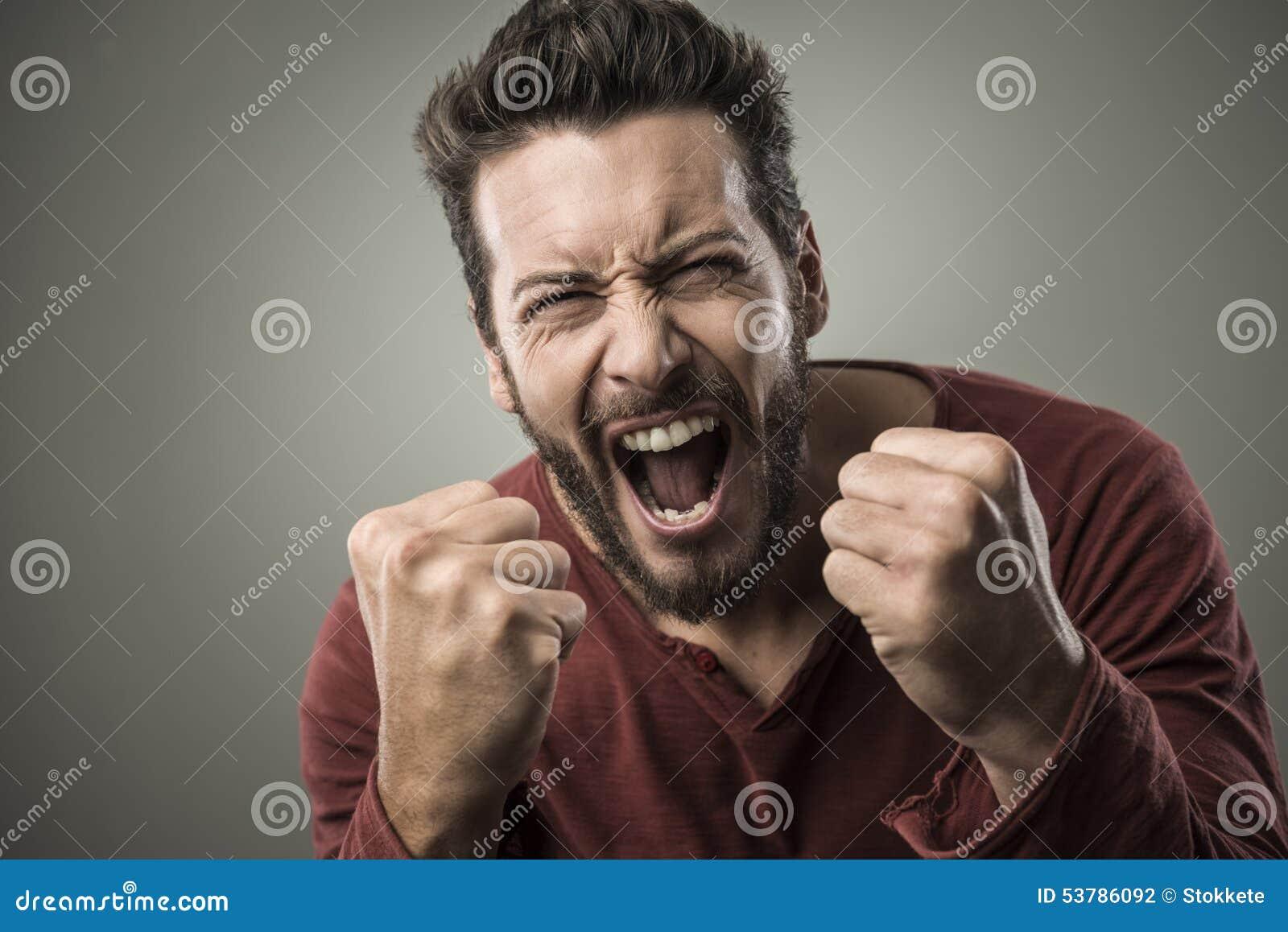Gniewny mężczyzna krzyczy out głośnego