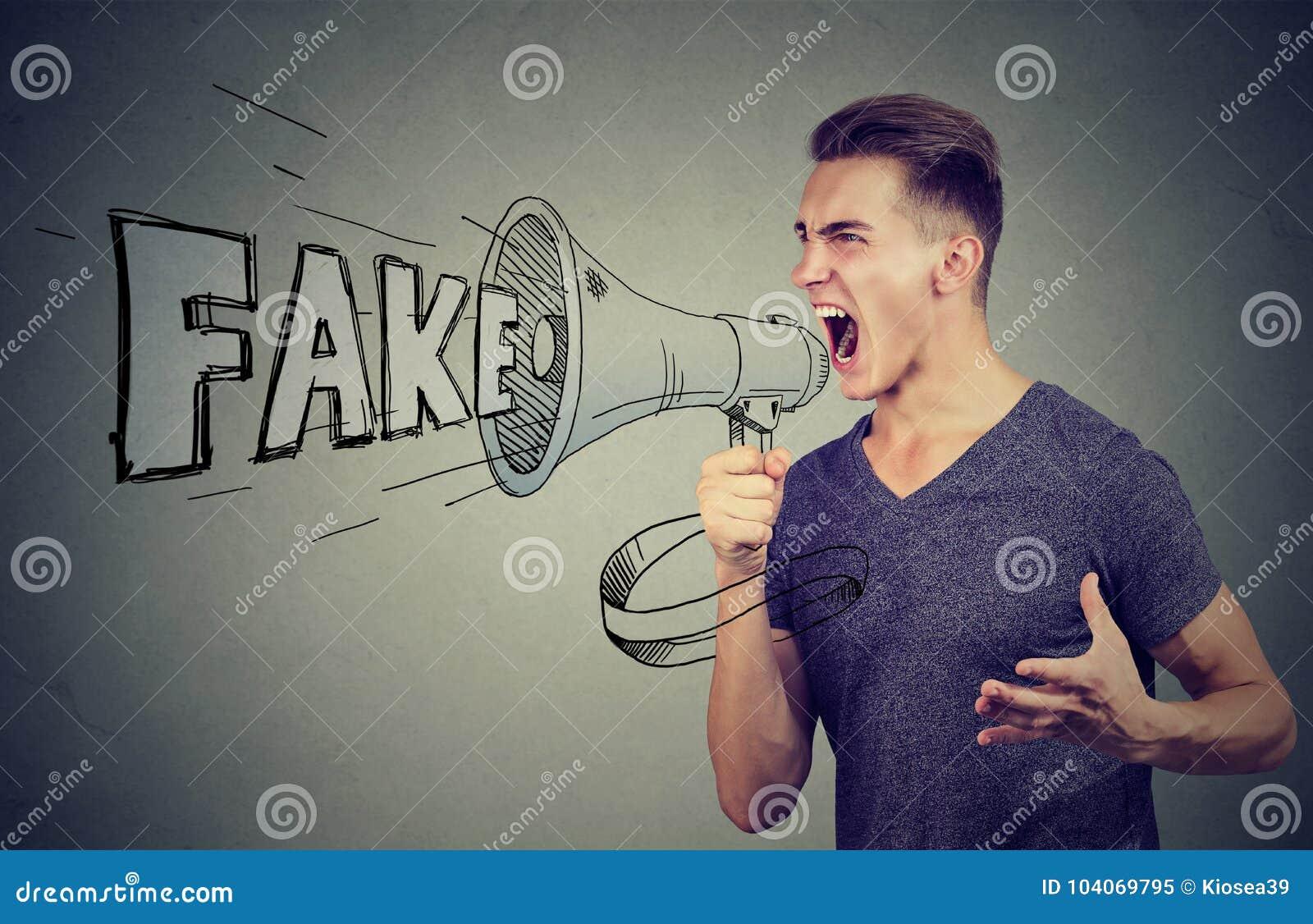 Gniewny mężczyzna krzyczy w megafonu podesłania imitaci wiadomości