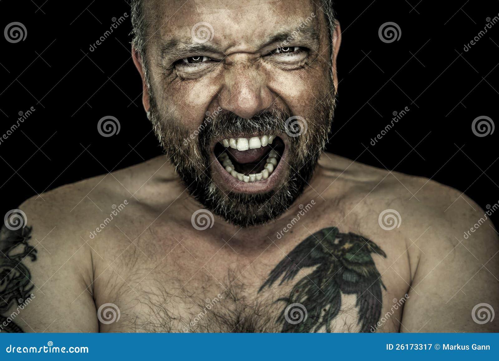 Gniewny mężczyzna z brodą