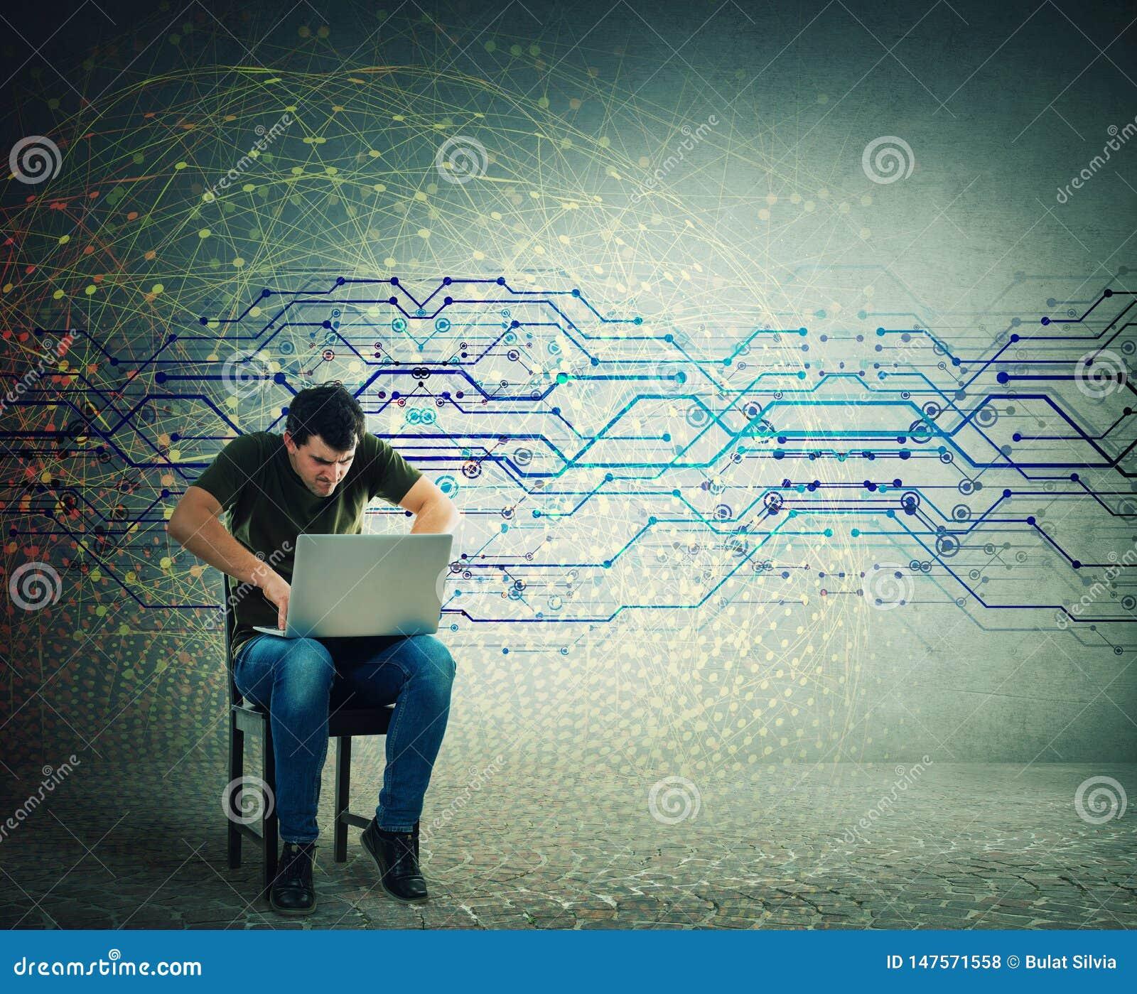 Gniewny mężczyzny interneta hacker używa laptop, pisać na maszynie różni kody na klawiaturze