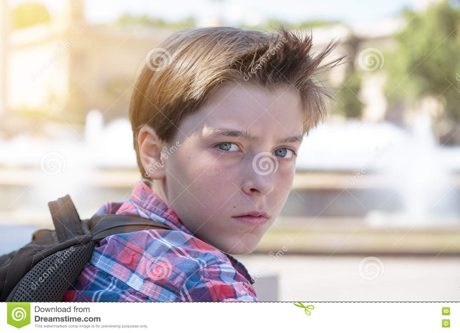 Gniewny nastoletni chłopak z plecakiem