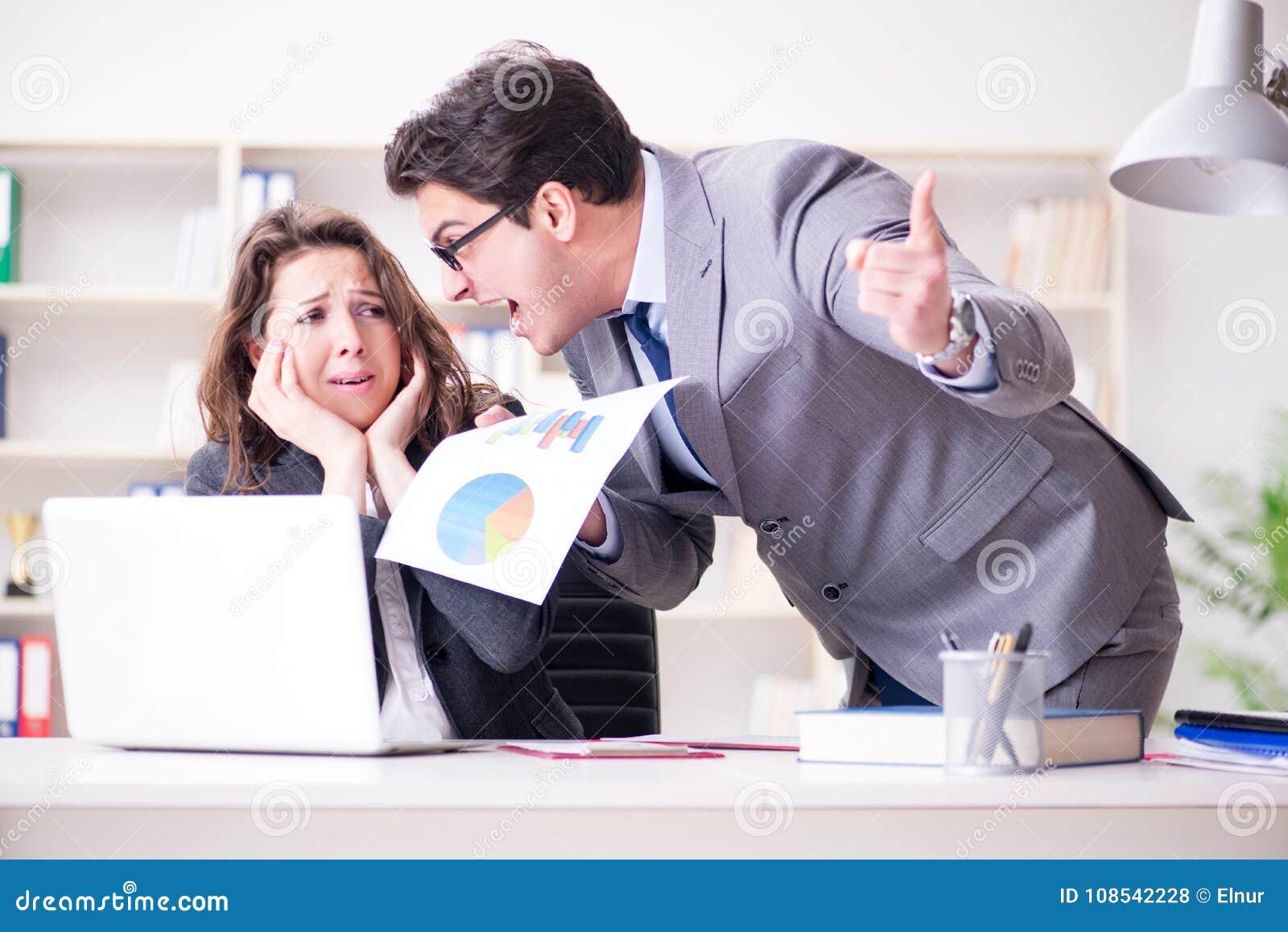 Gniewny szef nieszczęśliwy z żeńskim pracownika występem