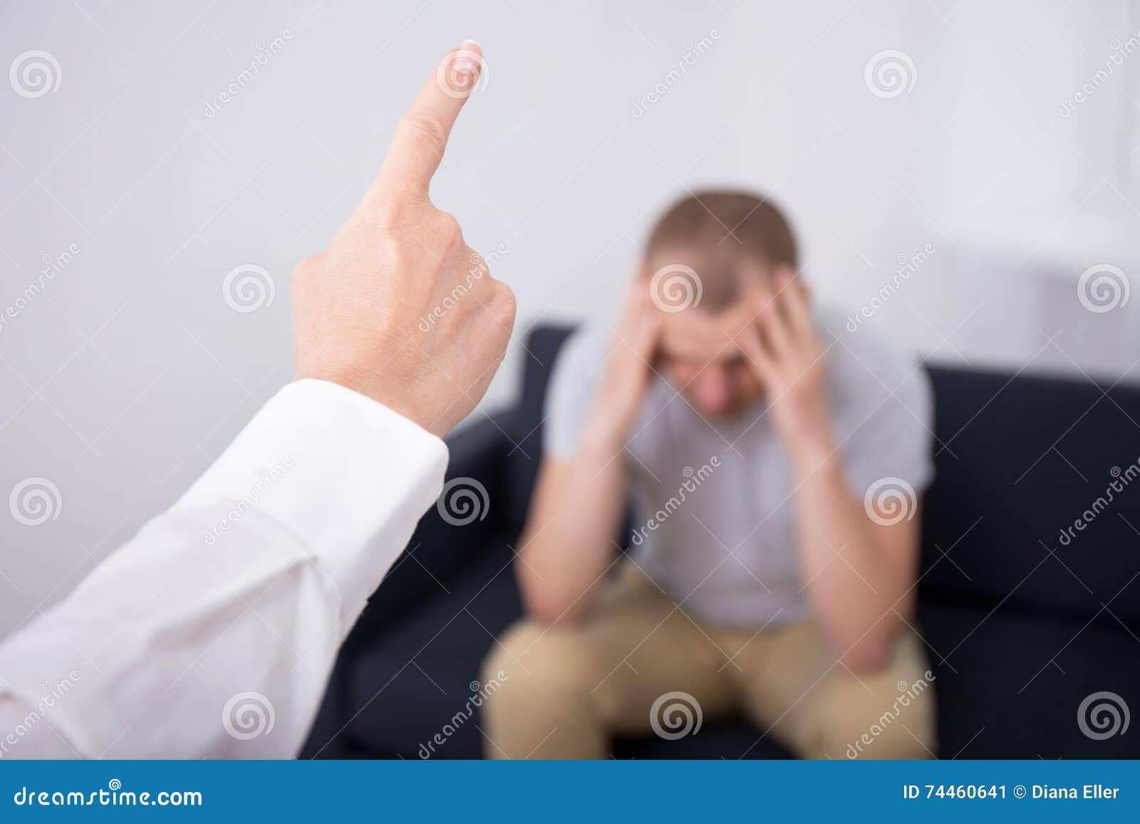 Gniewny szef podpala złego pracownika w biurze