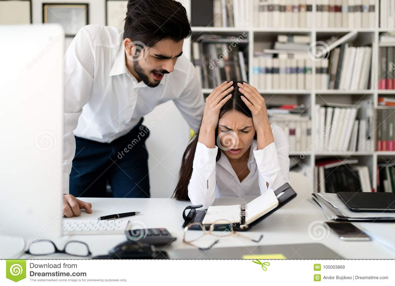 Gniewny szef wrzeszczy przy jego pracownikiem w biurze