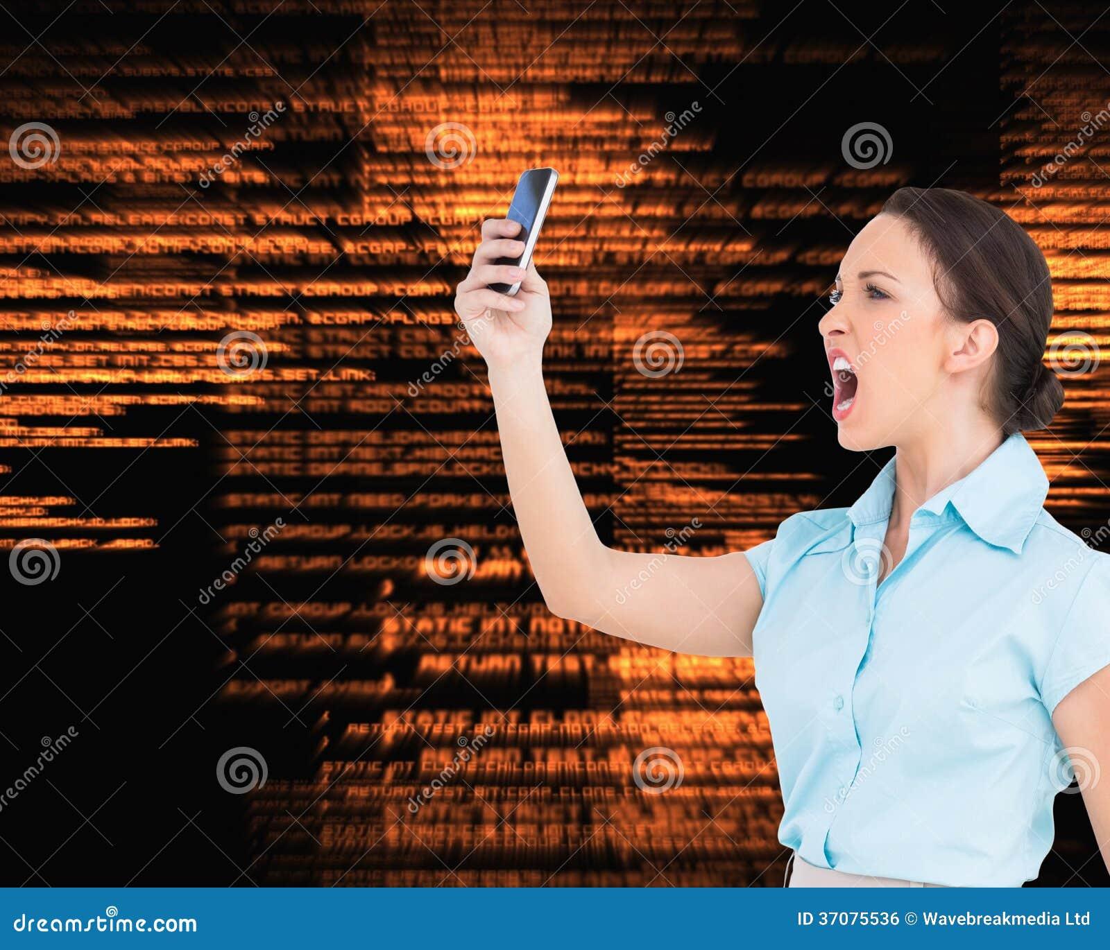 Download Gniewny Z Klasą Bizneswoman Wrzeszczy Przy Jej Smartphone Zdjęcie Stock - Obraz złożonej z tła, mądrze: 37075536
