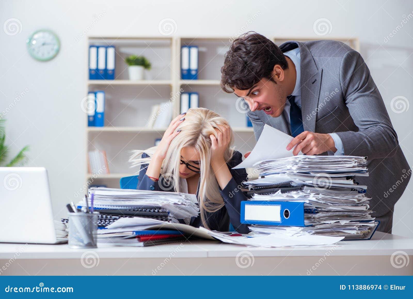 Gniewny zagniewany szef wrzeszczy i krzyczy przy jego sekretarka pracownikiem
