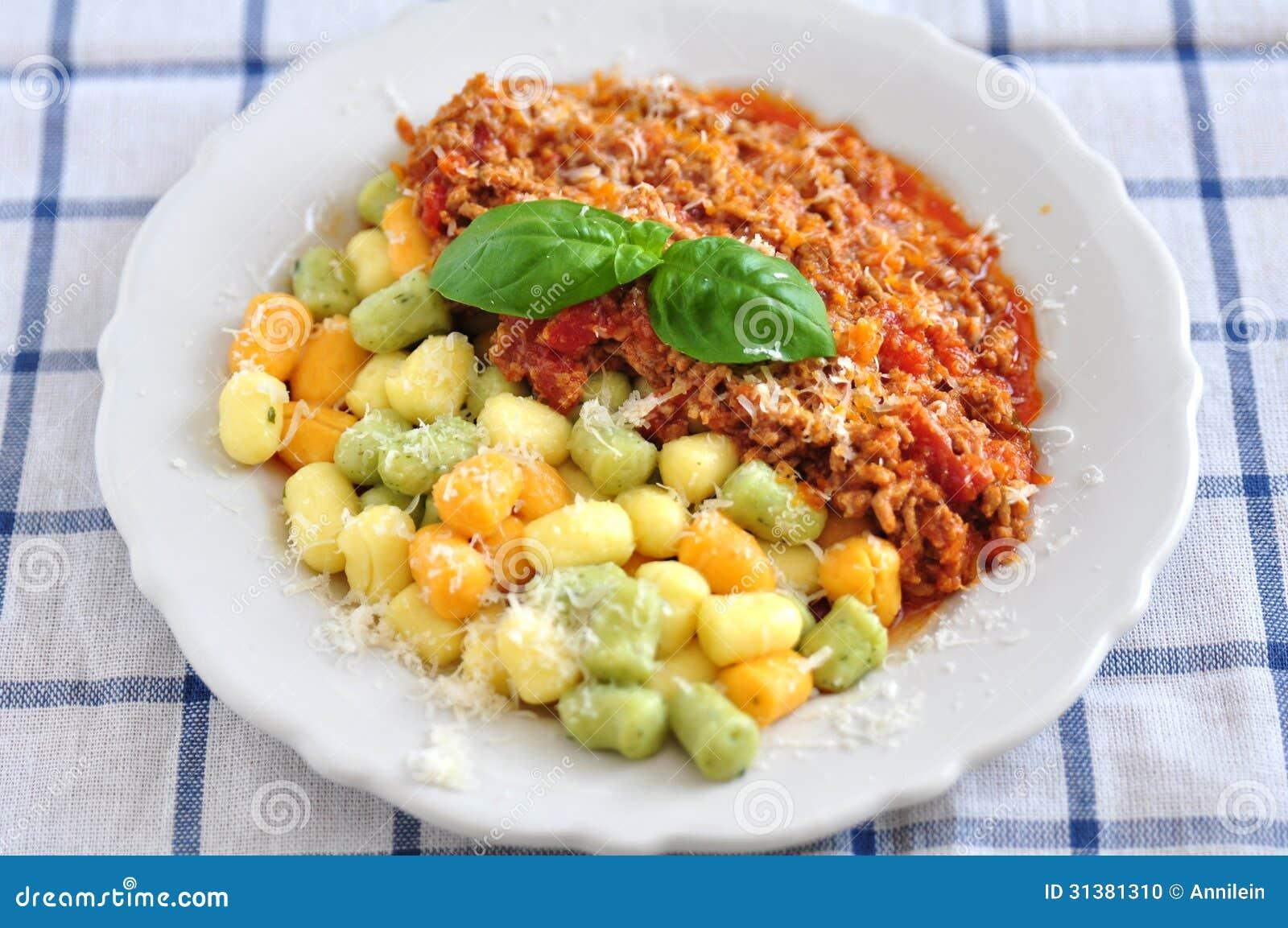 Gnocchi avec de la sauce bolonaise